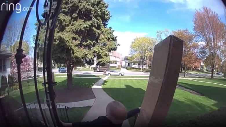 شاهد رد فعل سائق UPS عندما رصد طرداً ثقيلا يسقط على طفل