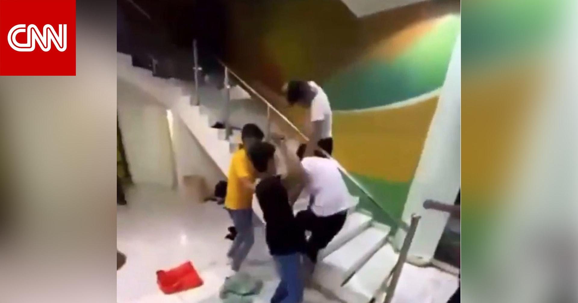 مقطع فيديو لاعتداء 3 أشخاص على آخر في مسبح بالرياض يثير ضجة بالسعودية
