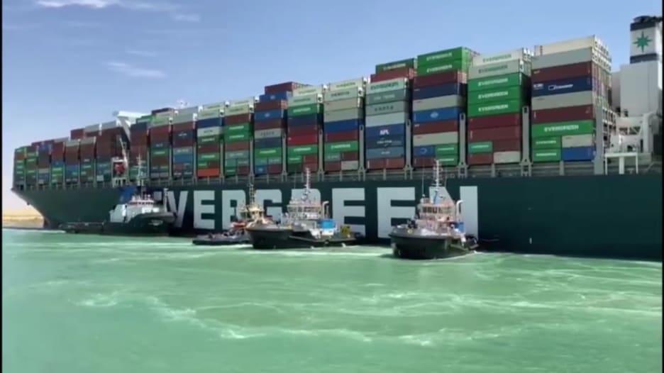 """مسؤولو قناة السويس يصعدون على متن سفينة """"إيفر غيفن"""" مع بدء التحقيق"""
