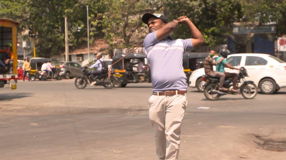 بعيداً عن الملاعب الخضراء.. رجل يبتكر نسخة فريدة من الغولف في شوارع الأحياء الفقيرة