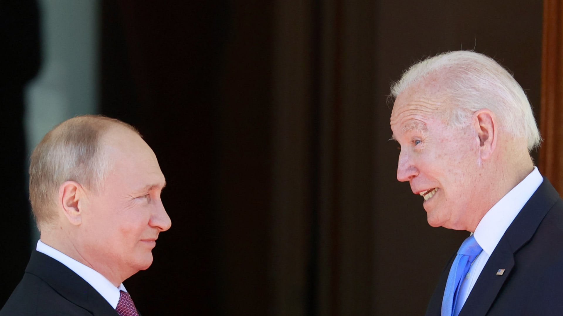 الرئيس الروسي فلاديمير بوتين (إلى اليسار) يصافح الرئيس الأمريكي جو بايدن قبل لقائهما في 'فيلا لاجرانج' في جنيف في 16 يونيو 2021