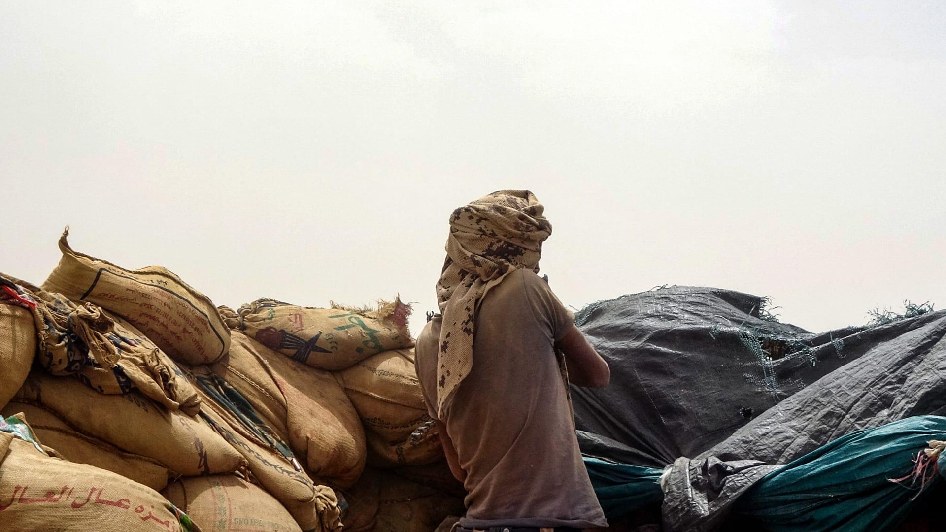 مقاتلون موالون للحكومة اليمنية يحتلون موقعا بالقرب من خط المواجهة مع المتمردين الحوثيين في محافظة مأر ، في 13 مايو 2021