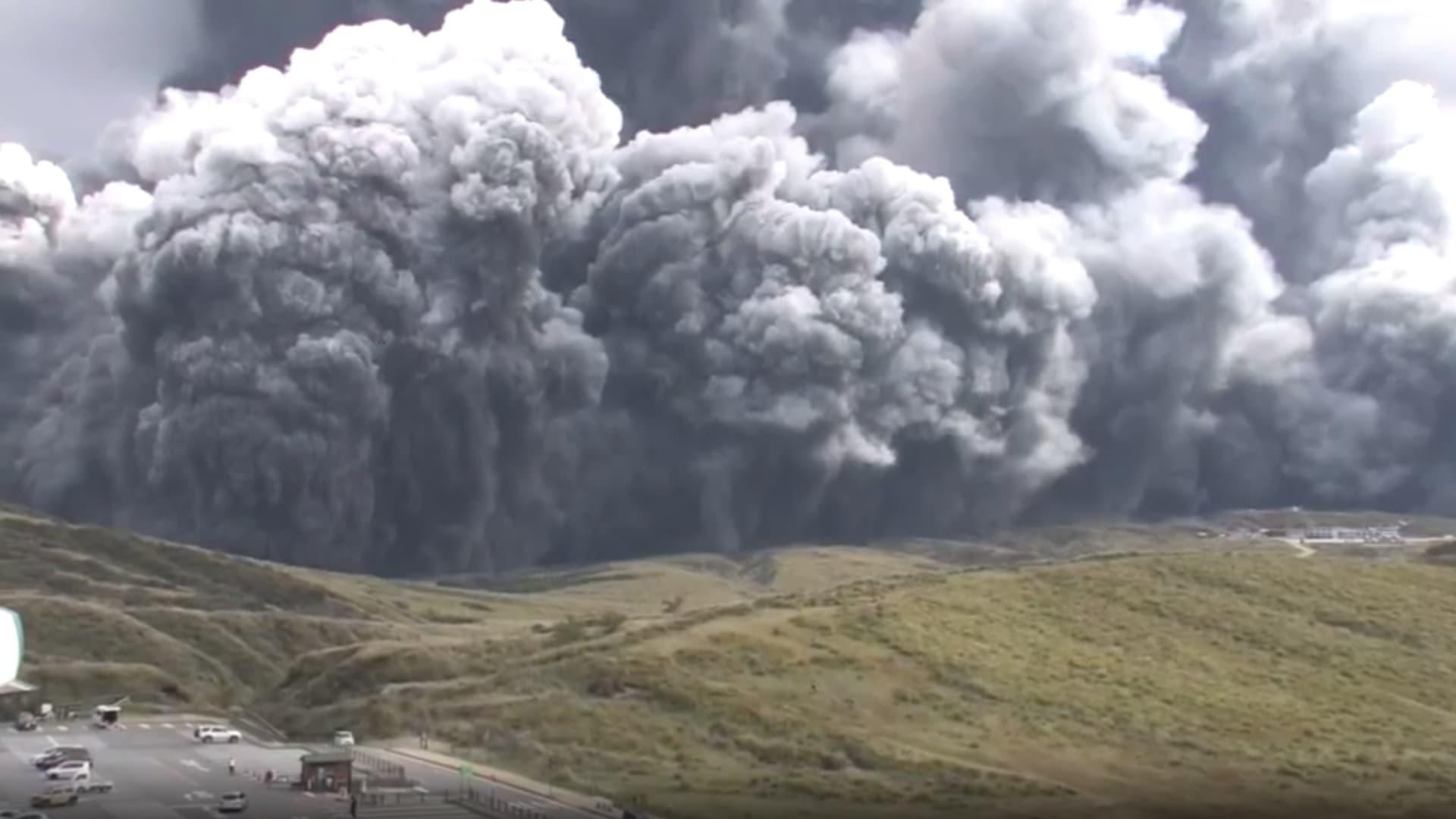 شاهد لحظة انفجار بركان جبل أسو في اليابان