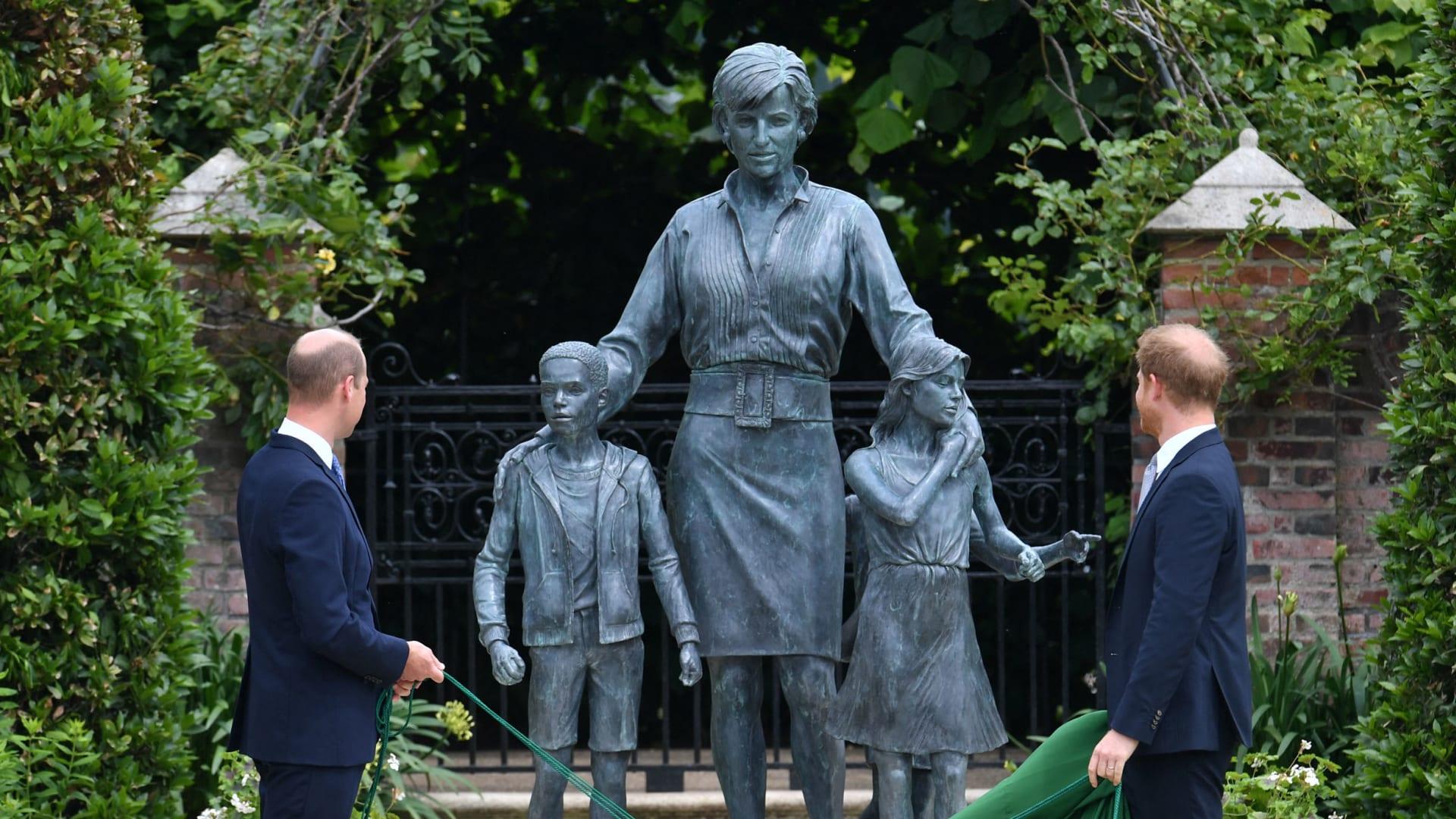 الأمير البريطاني وليام وشقيقه الأمير هاري أمام تمثال لأمهما الأميرة ديانا في قصر كنسينغتون بلندن