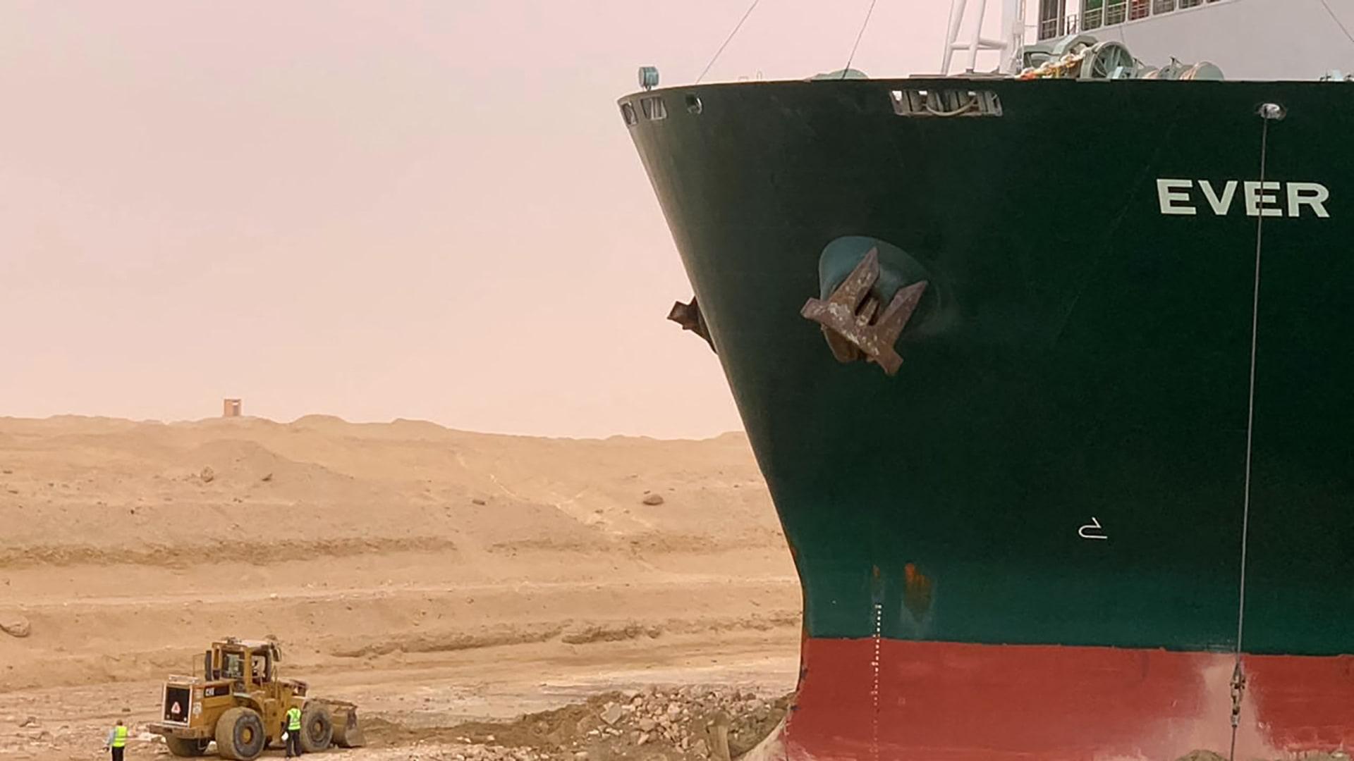 """وسط ذروة المد.. """"الطبيعة الأم"""" تصعّب عملية تعويم السفينة الجانحة في السويس"""
