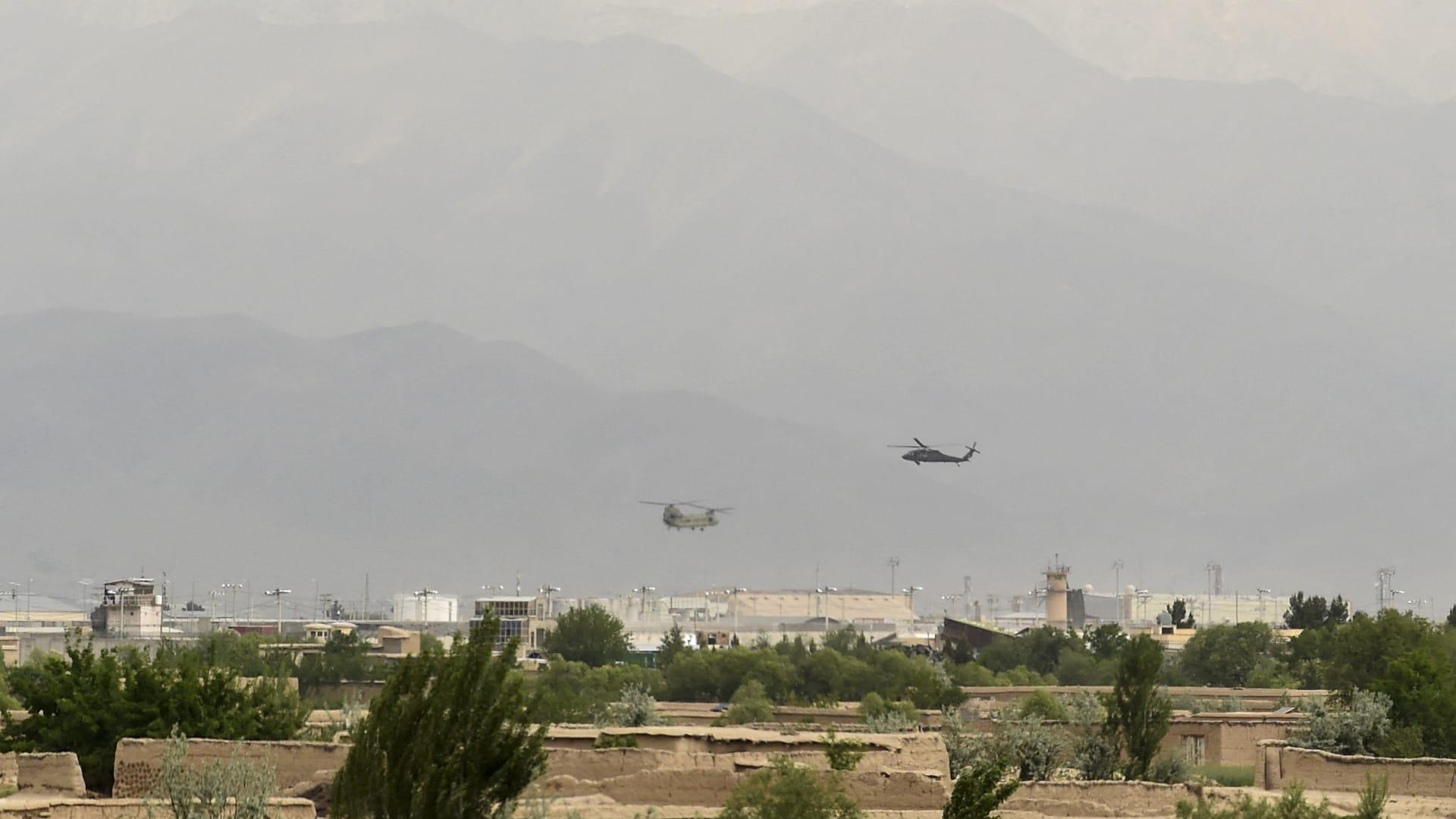 مروحيات أمريكية قبيل هبوطها في قاعدة باغرام في أفغانستان