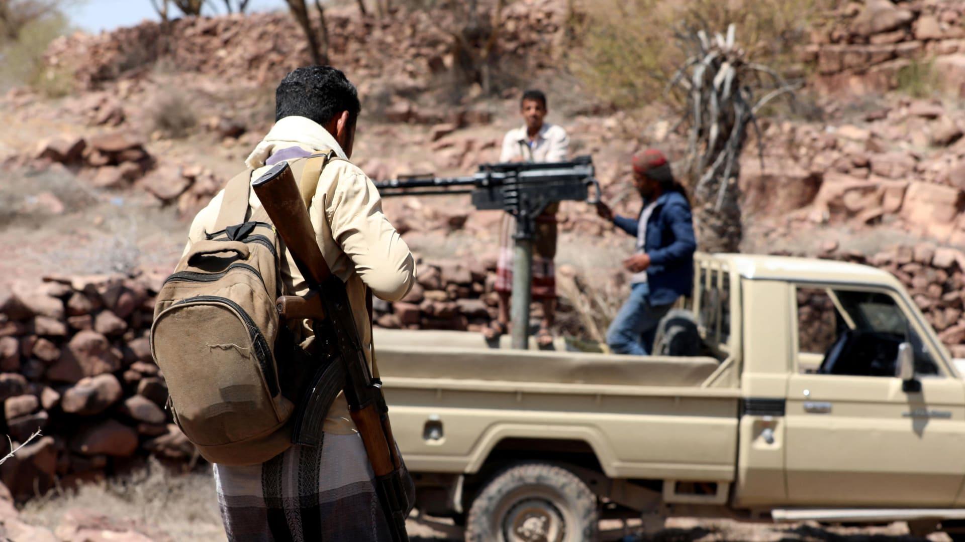 لقوات الموالية للحكومة اليمنية المدعومة من السعودية تتخذ مواقعها خلال الاشتباكات مع مقاتلي الحوثيين غرب ضواحي مدينة تعز اليمنية في 8 مارس/ آذار 2021.