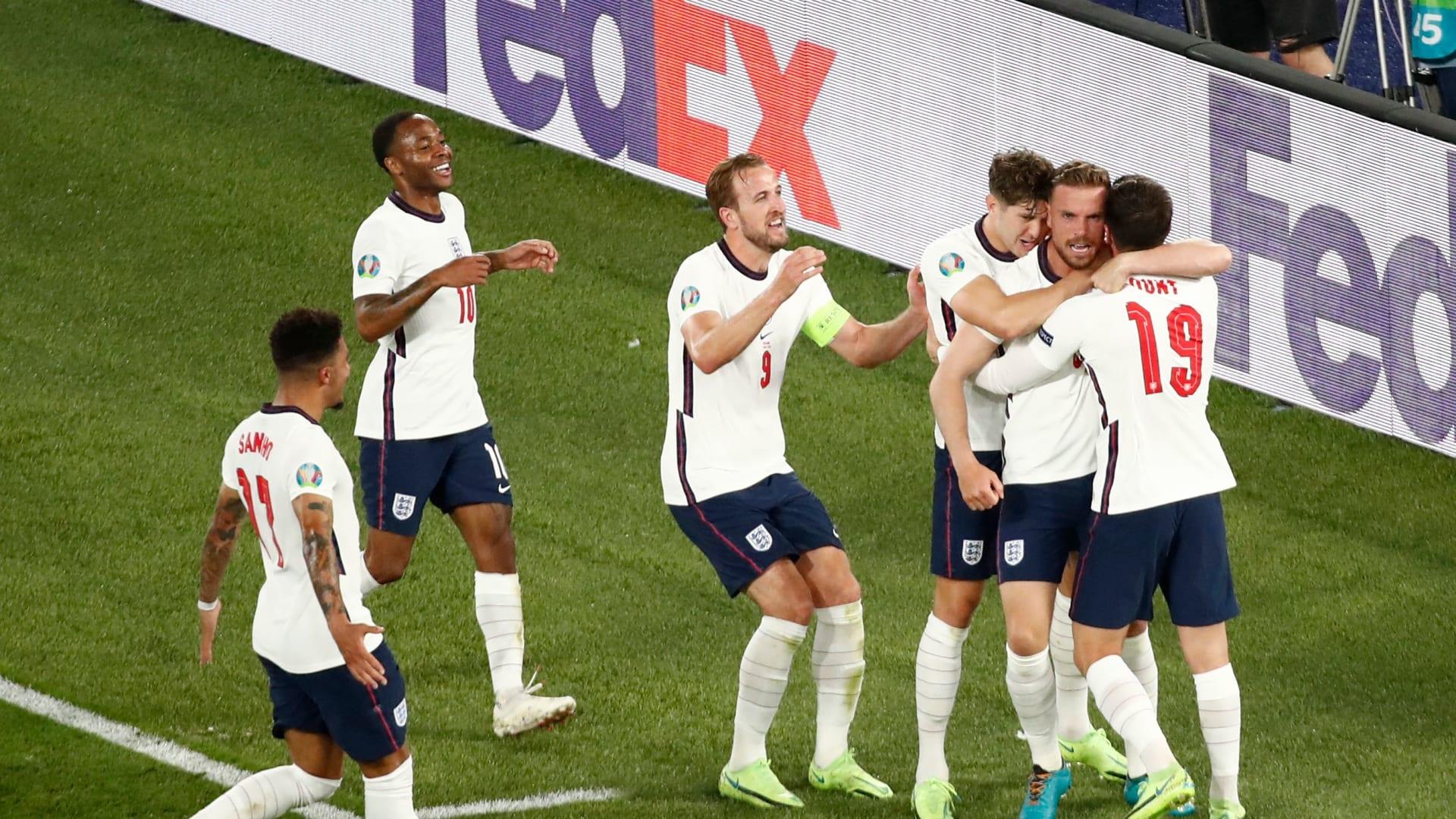 لاعب خط وسط إنجلترا جوردان هندرسون يحتفل مع زملائه بعد تسجيله الهدف الرابع للفريق خلال مباراة ربع نهائي كأس الأمم الأوروبية لكرة القدم 2020 بين أوكرانيا وإنجلترا على الملعب الأولمبي في روما في 3 يوليو 2021