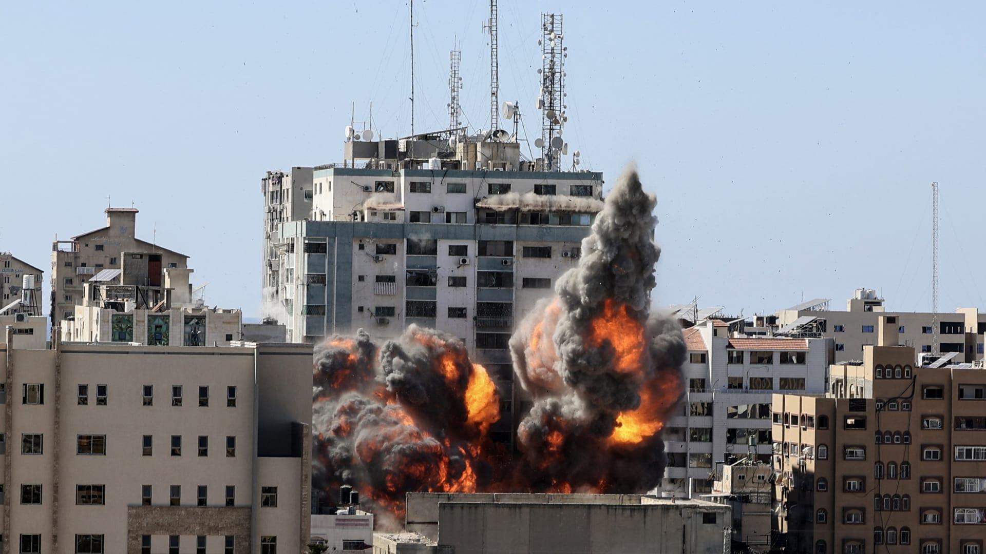 الجيش الإسرائيلي يقصف مبنى يضم مقر قناة الجزيرة القطرية ووكالات عالمية في غزة