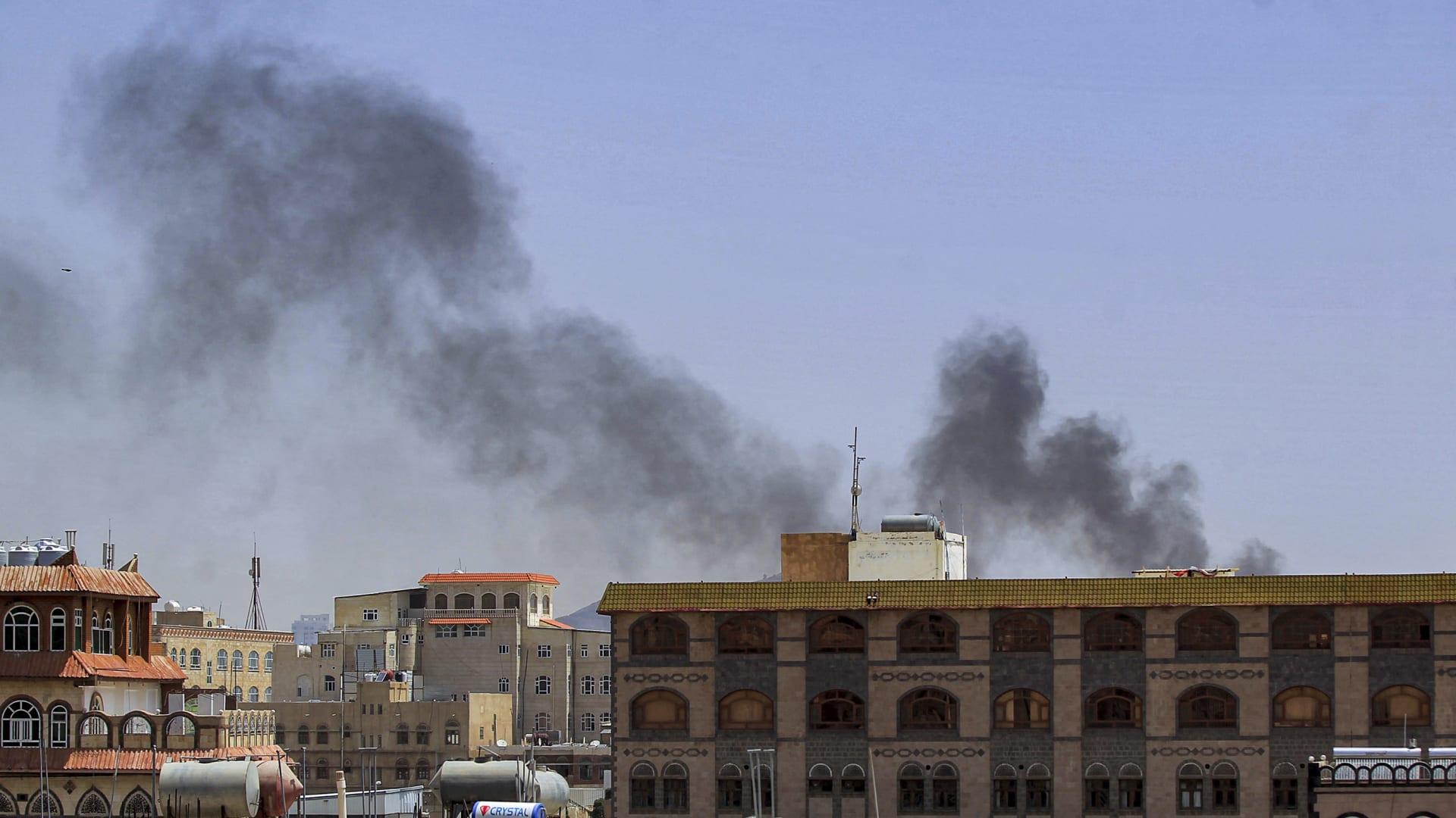 تصاعد عمود دخان في أعقاب انفجارات في العاصمة اليمنية صنعاء التي يسيطر عليها الحوثيون.
