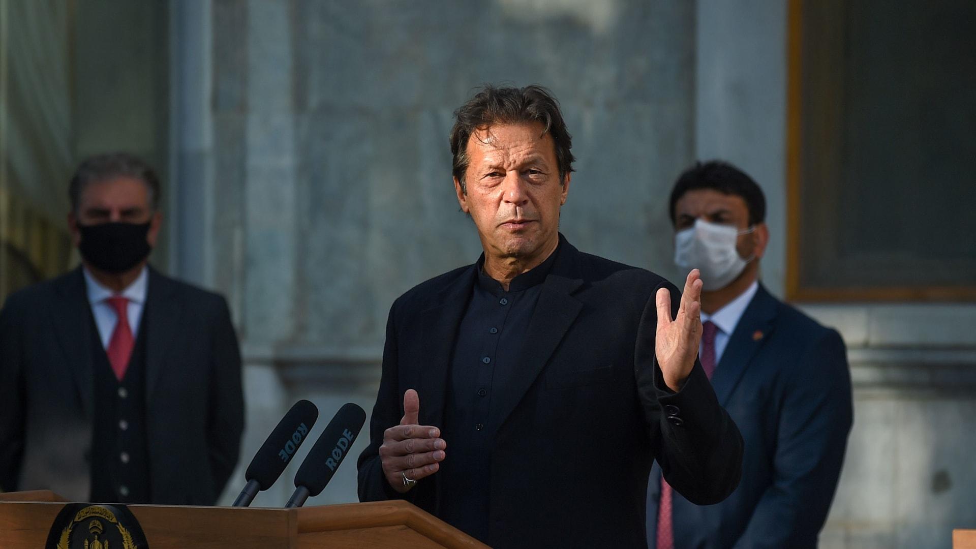 إصابة رئيس وزراء باكستان بفيروس كورونا بعد يومين من تلقيه أول جرعة من لقاح سينوفارم