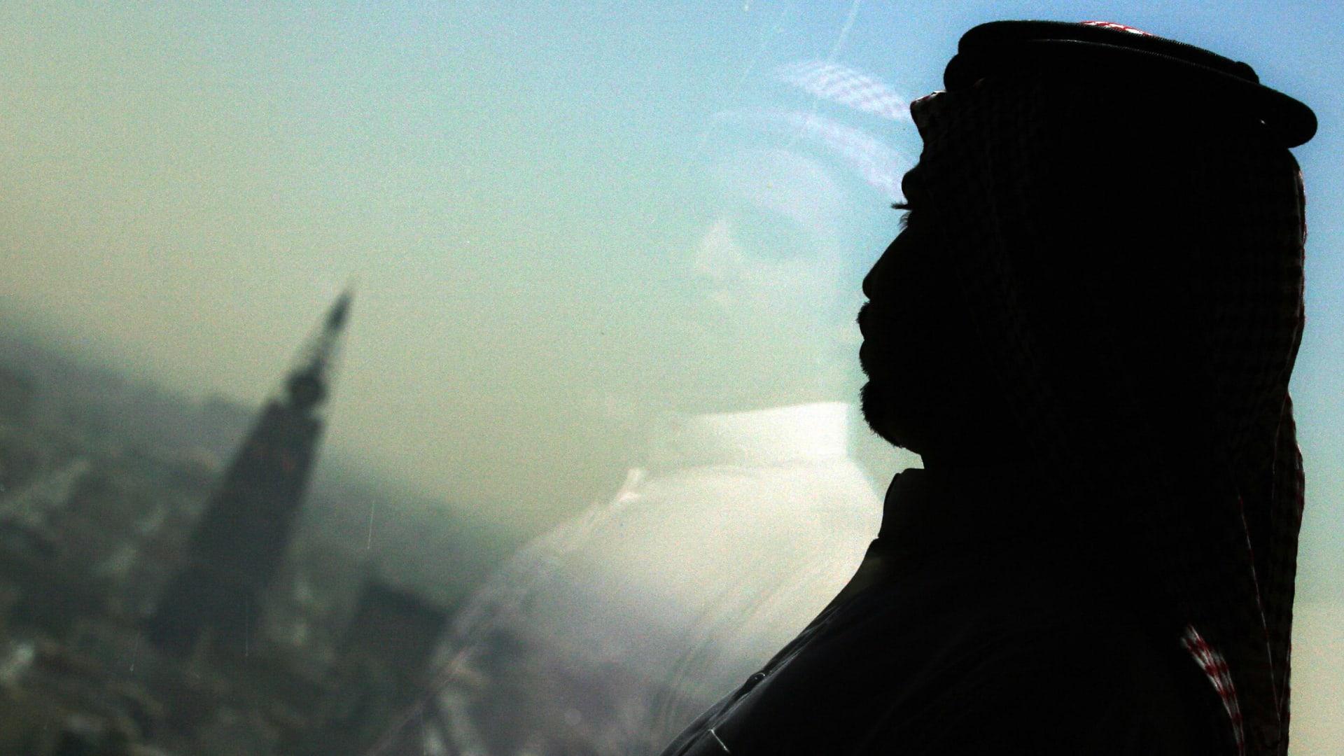صورة أرشيفية تعبيرية لشخص ينظر إلى وسط العاصمة السعودية، الرياض