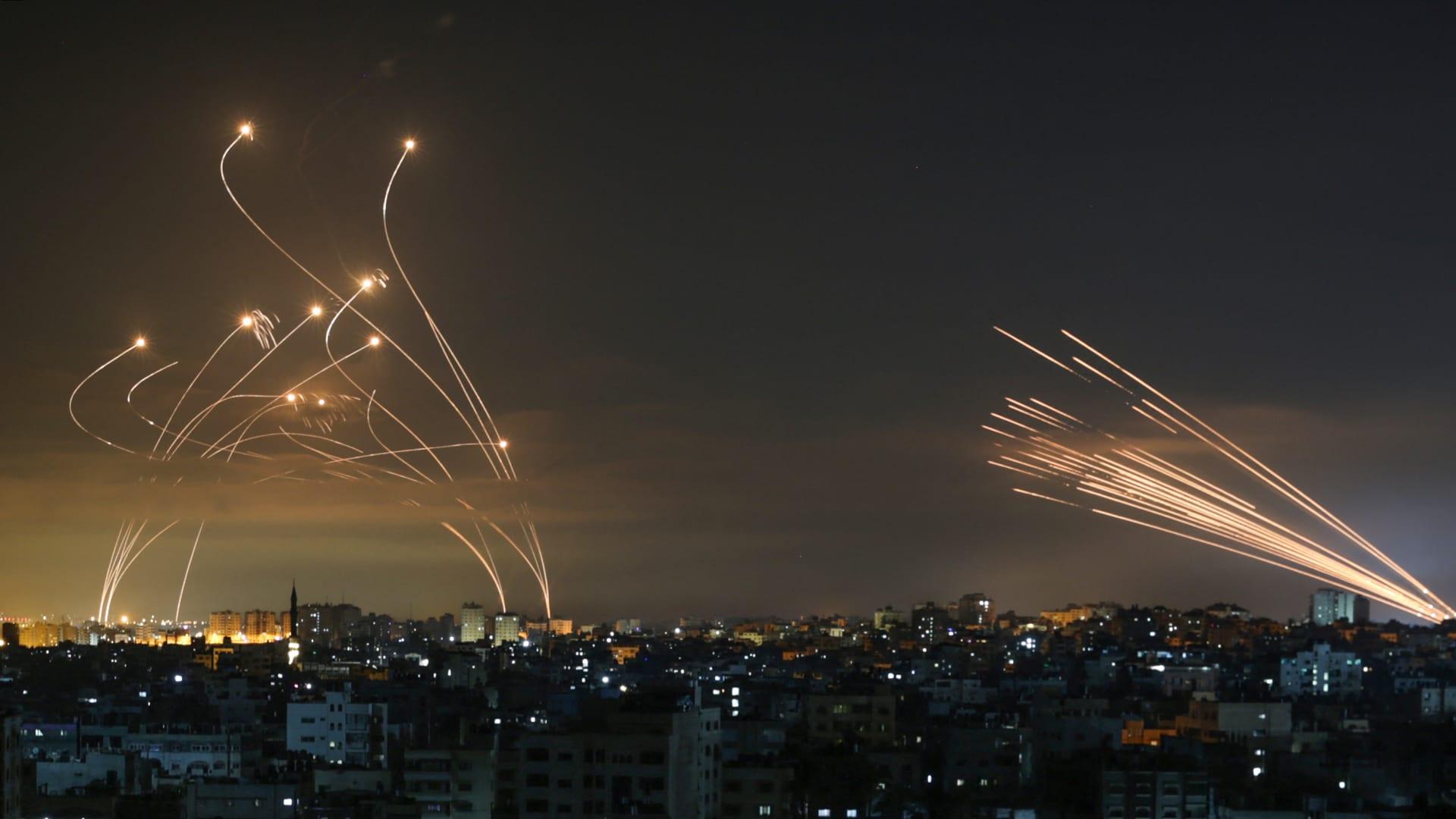 لحظة اعتراض نظام القبة الحديدية صواريخ أطلقتها حركة حماس من بيت لاهيا في شمال قطاع غزة - 14 مايو 2021.