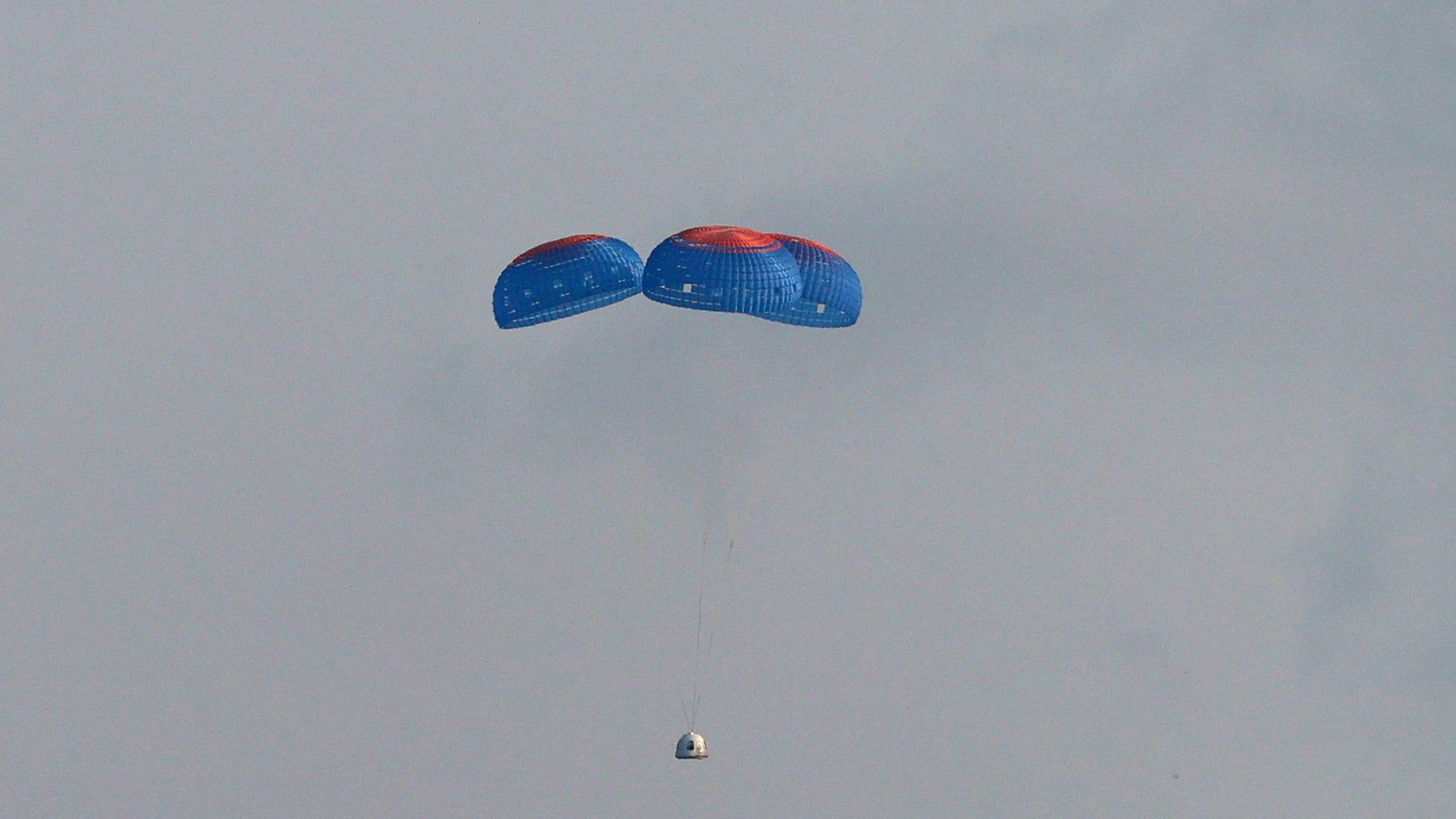 رحلة قادمة من الفضاء.. مركبة جيف بيزوس تهبط في تكساس بعد أن حلقت فوق الأرض