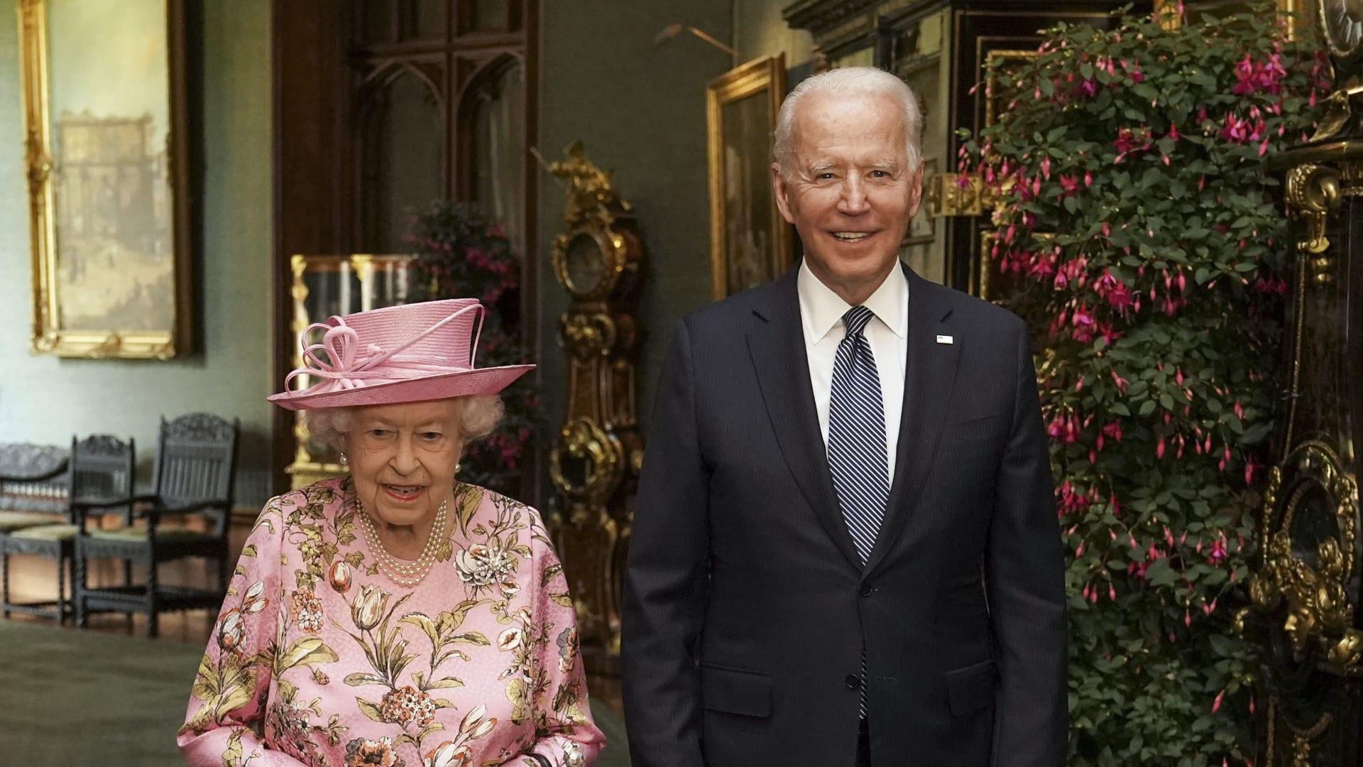 الرئيس الأمريكي جو بايدن وملكة بريطانيا إليزابيث الثانية