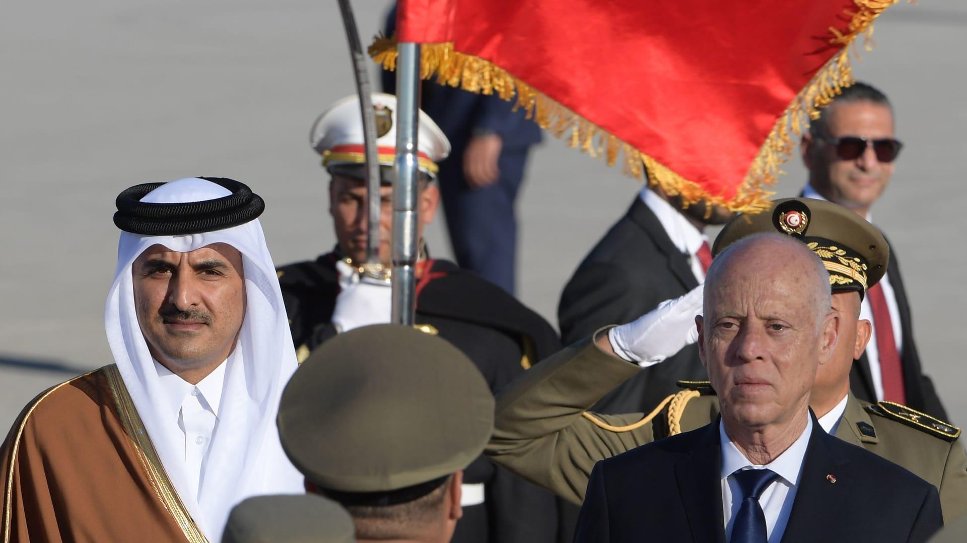 لرئيس التونسي قيس سعيد (يمين) وأمير قطر الشيخ تميم بن حمد آل ثاني يستعرضان حرس الشرف لدى وصوله في وقت لاحق إلى العاصمة التونسية، 24 فبراير 2020