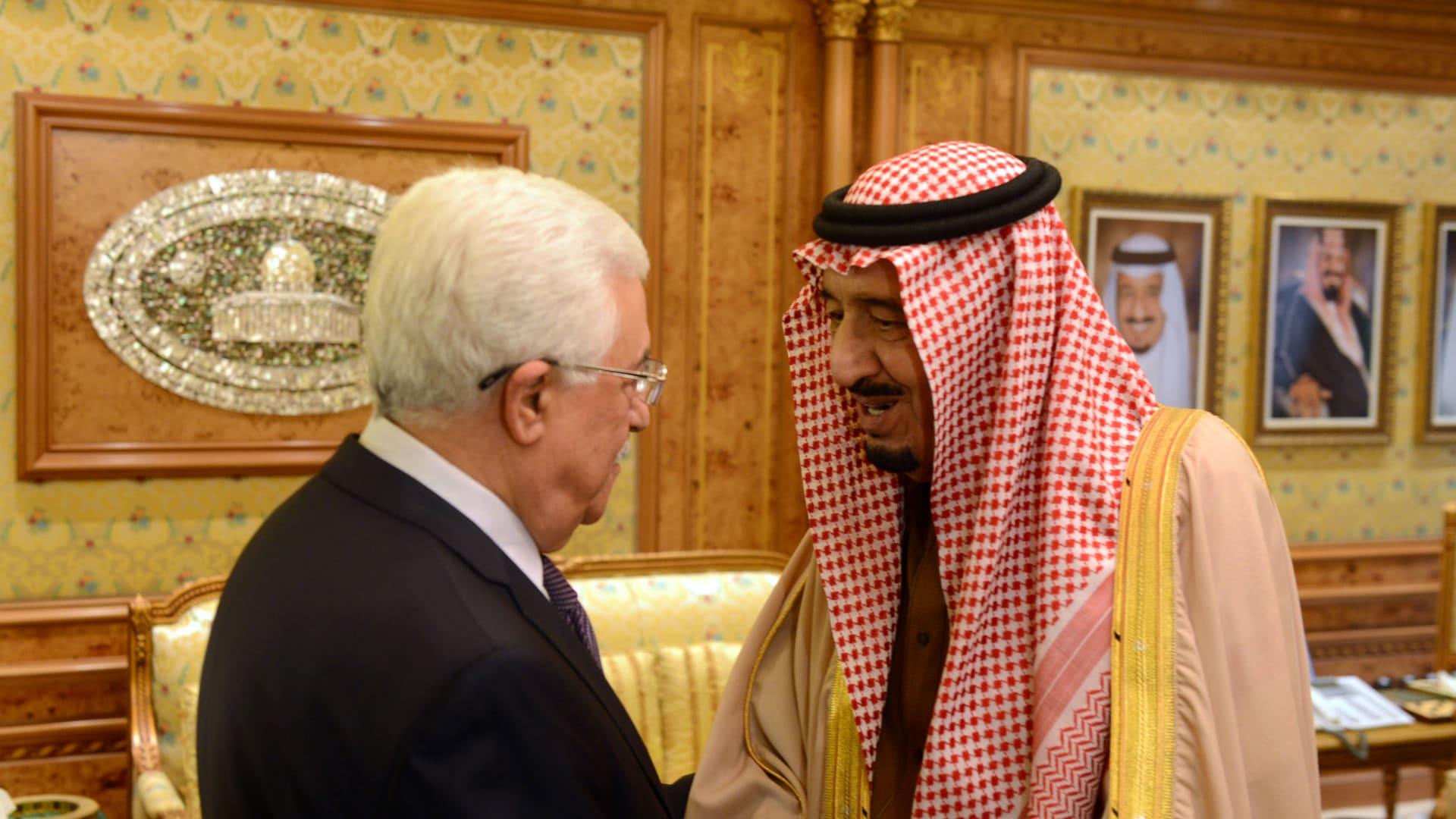 العاهل السعودي الملك سلمان بن عبدالعزيز مع رئيس السلطة الفلسطينية محمود عباس - صورة أرشيفية