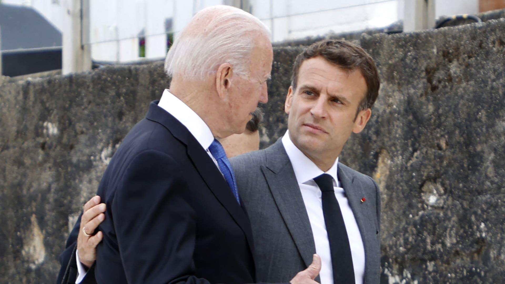 الرئيس الأمريكي جو بايدن والرئيس الفرنسي إيمانويل ماكرون في بداية قمة مجموعة السبع في كاربيس باي، كورنوال في 11 يونيو 2021