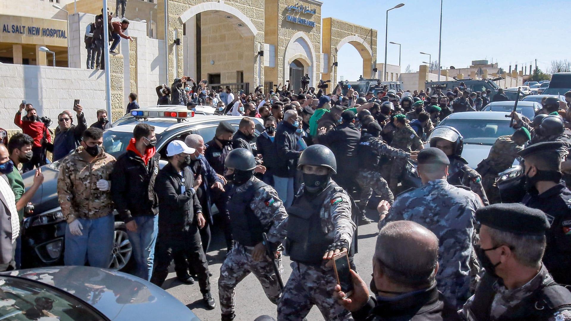 الأردن: الملك عبد الله يزور مستشفى السلط بعد وفاة مرضى بسبب انقطاع الأكسجين