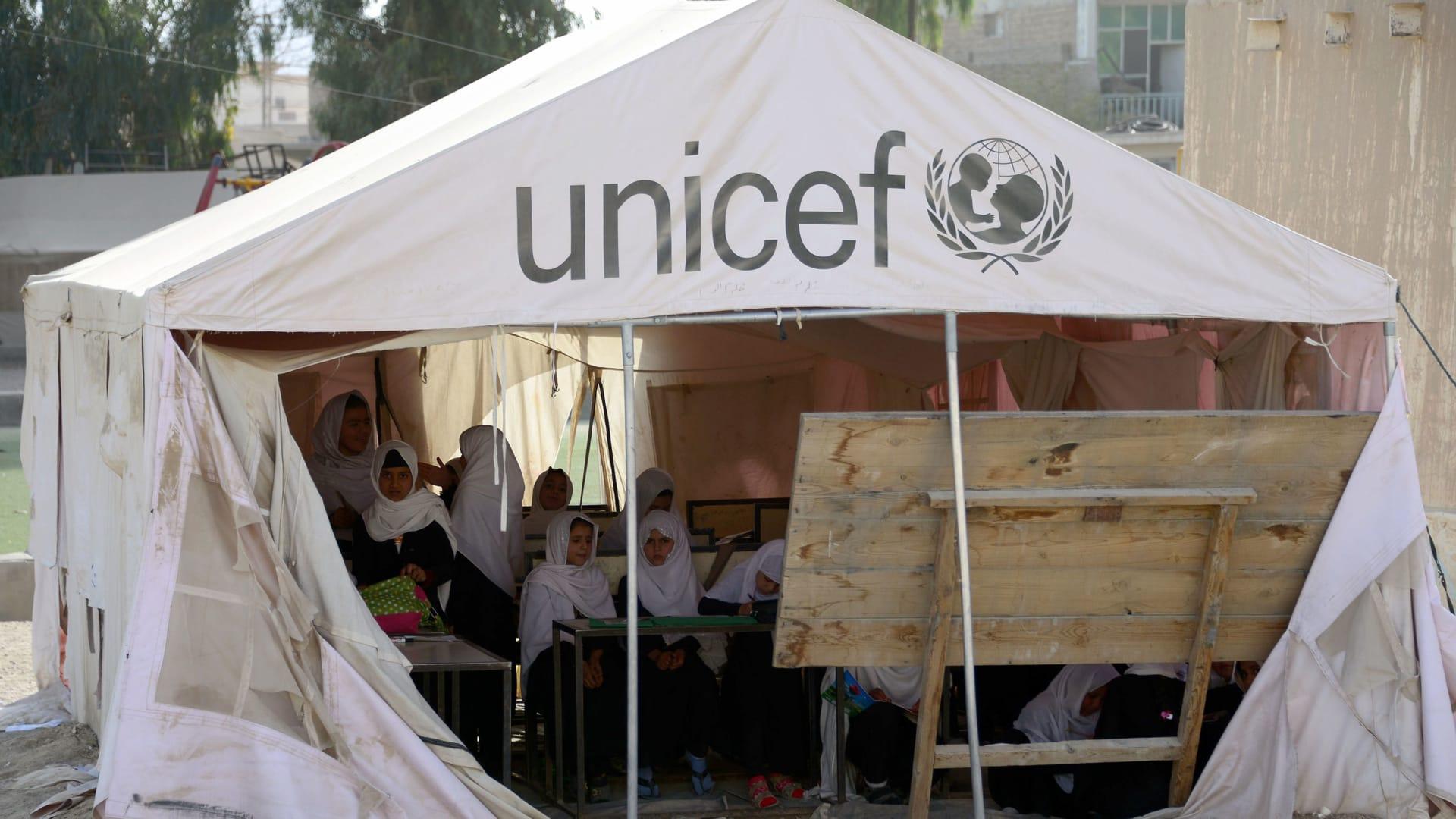 تلميذات أفغانيات يدرسن في خيمة تابعة لليونيسف تستخدم كصف دراسي في مقاطعة قندهار - صورة أرشيفية