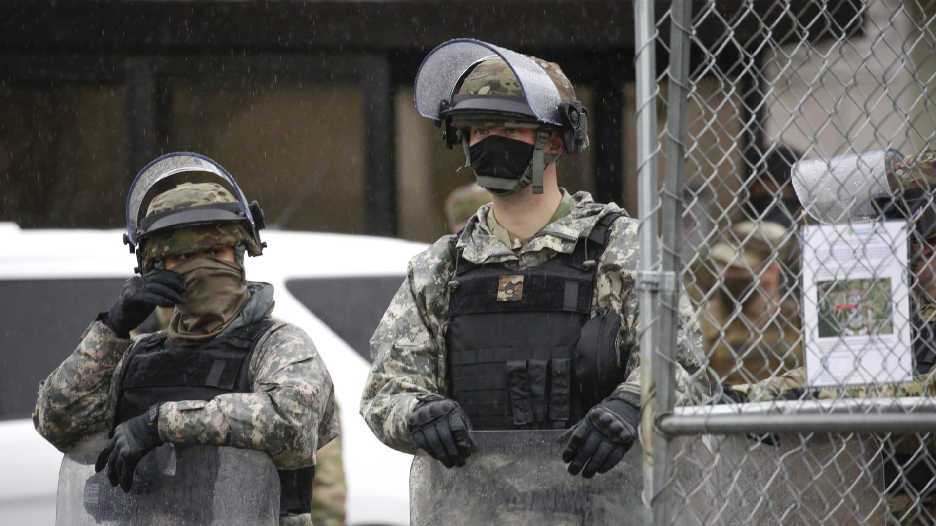 "FBI يحذر من ""مظاهرات سلمية مسلحة"" قبيل تنصيب بايدن.. ويبحث عن متطرفين محتملين"