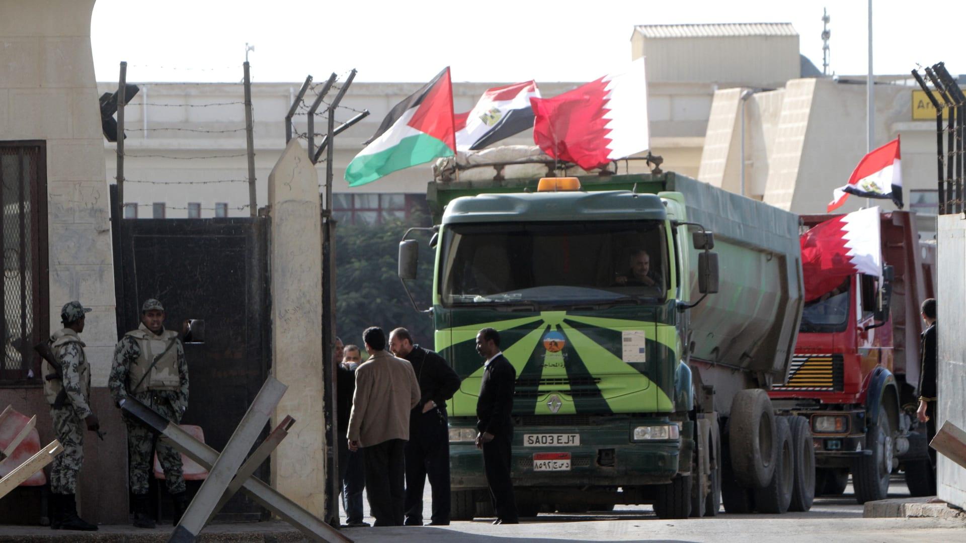 شاحنة مصرية محملة بالحصى تستعد للدخول عبر معبر رفح الحدودي بين مصر وقطاع غزة في جنوب قطاع غزة في 29 ديسمبر 2012