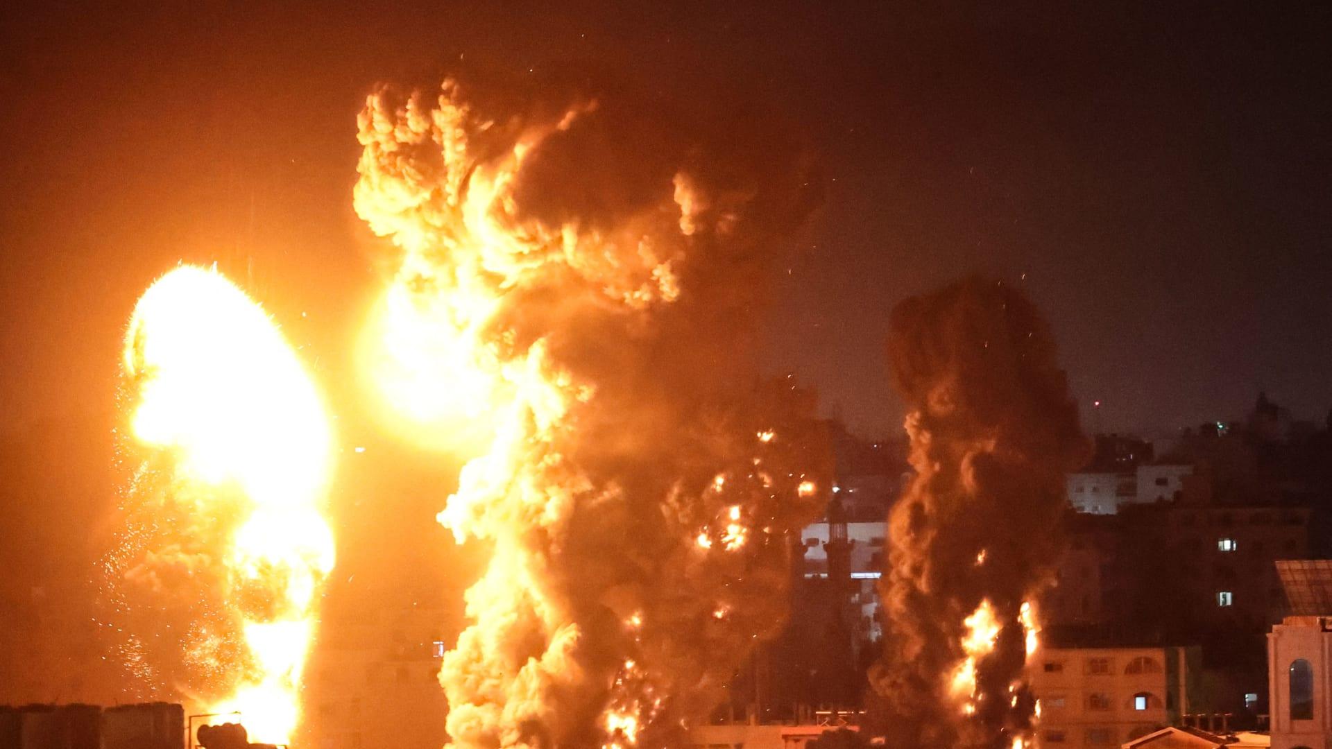 تصاعدت النيران والدخان فوق المباني في مدينة غزة مع استهداف الطائرات الحربية الإسرائيلية، في وقت مبكر من يوم 17 مايو 2021