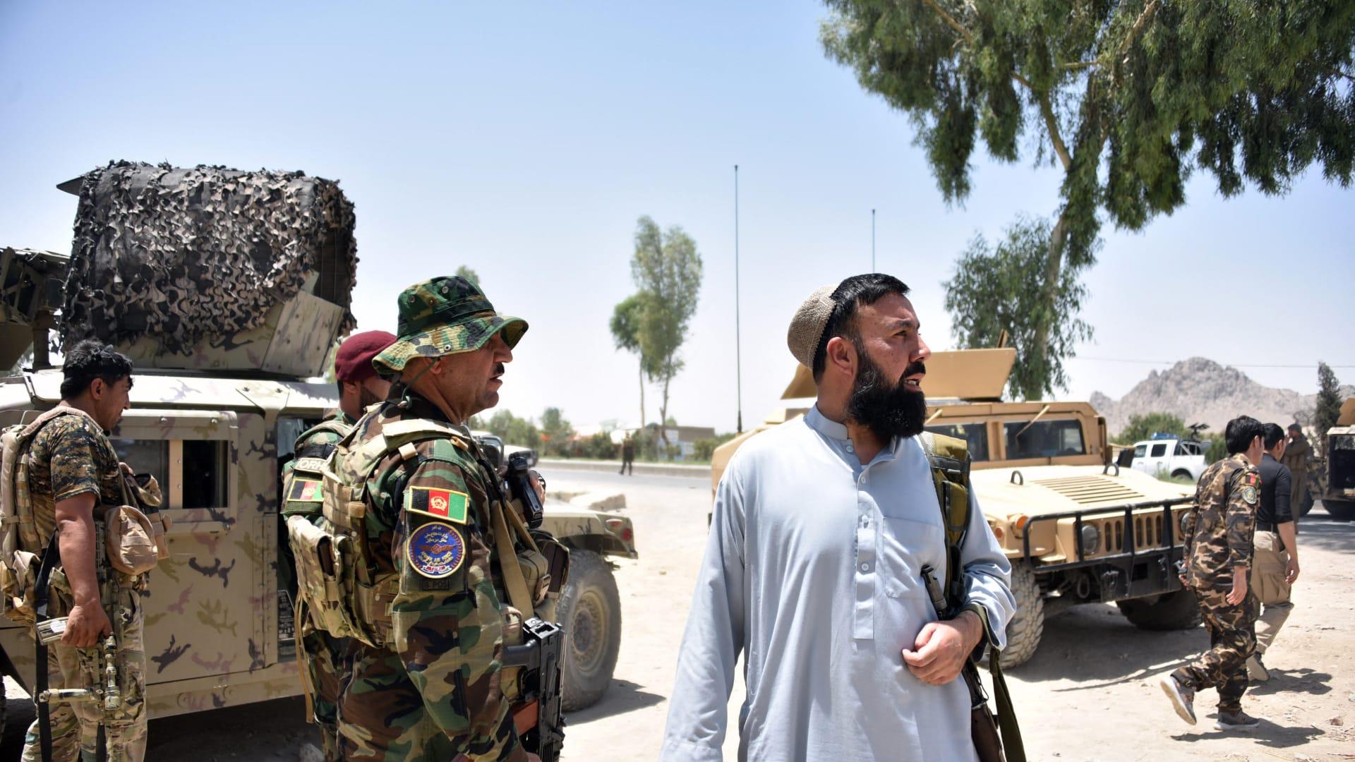 أفراد الأمن الأفغان يقفون على طول الطريق وسط قتال مستمر بين قوات الأمن الأفغانية ومقاتلي طالبان في قندهار، 9 يوليو 2021