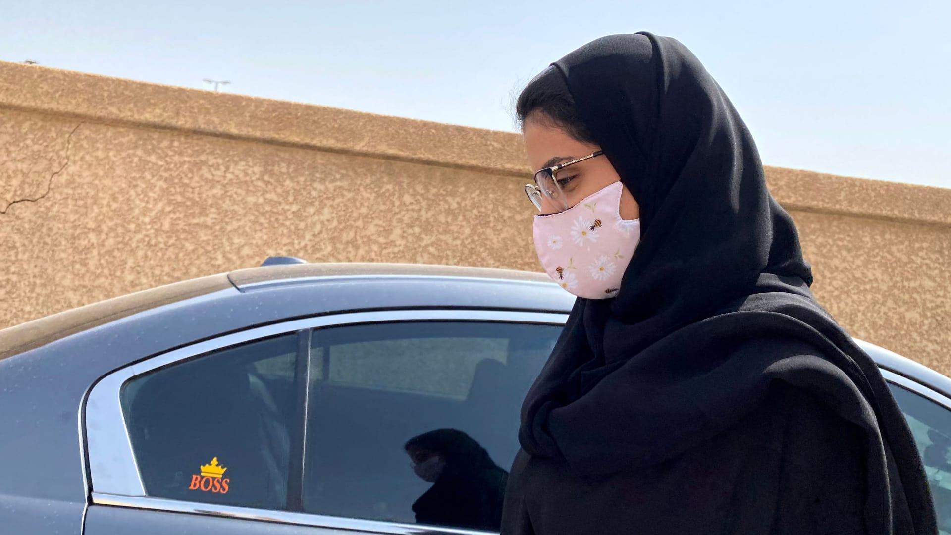"""تعليقا على """"السجاد البنفسجي"""" لمراسم الاستقبال.. شقيقتا لجين الهذلول تكشفان """"الاسم الحركي"""" للناشطة السعودية"""
