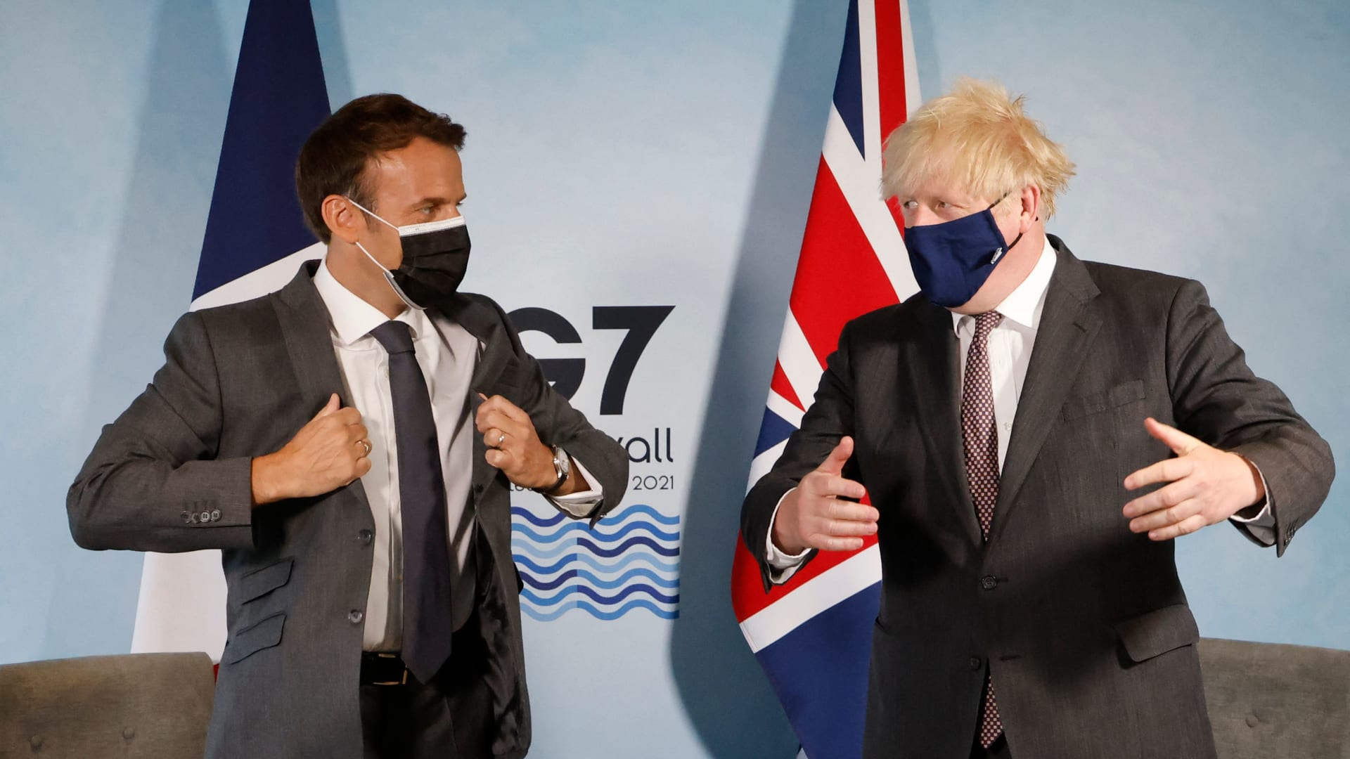 رئيس الوزراء البريطاني بوريس جونسون (يمين) والرئيس الفرنسي إيمانويل ماكرون (يسار)