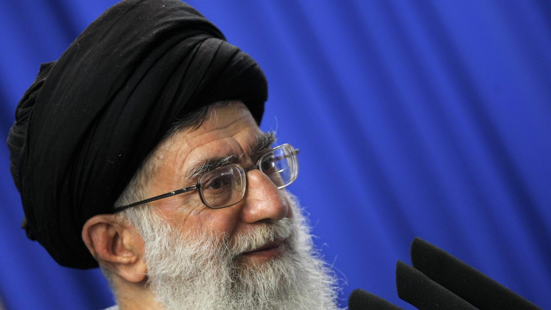 """خامنئي يؤكد استعداد إيران لرفع التخصيب إلى 60%.. ورئيس مجلس الشورى يعلن وقف تنفيذ """"البروتوكول الإضافي"""" من الثلاثاء"""