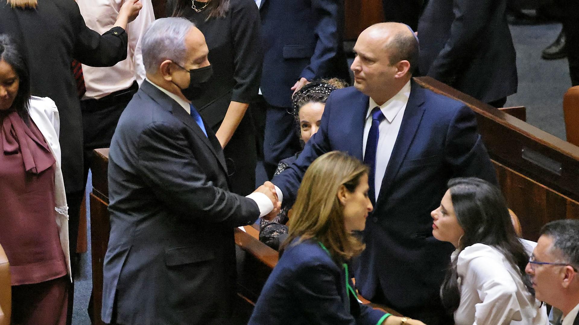 بينيت يصافح نتنياهو بعد تصويت الكنيست على الحكومة الإسرائيلية الجديدة