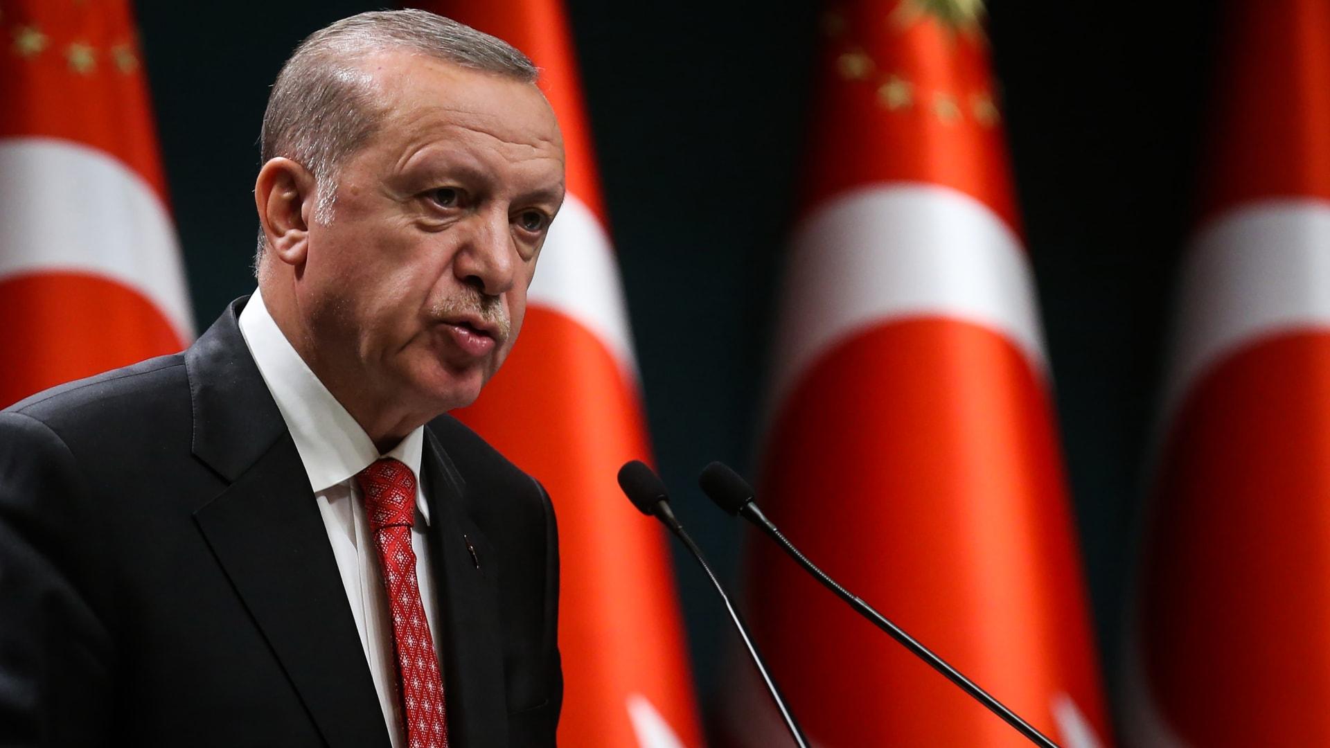 """أردوغان يسعى لاعتراف دولي بـ""""قبرص التركية"""".. ومقاتلاته ترسم الهلال والنجمة في سمائها"""
