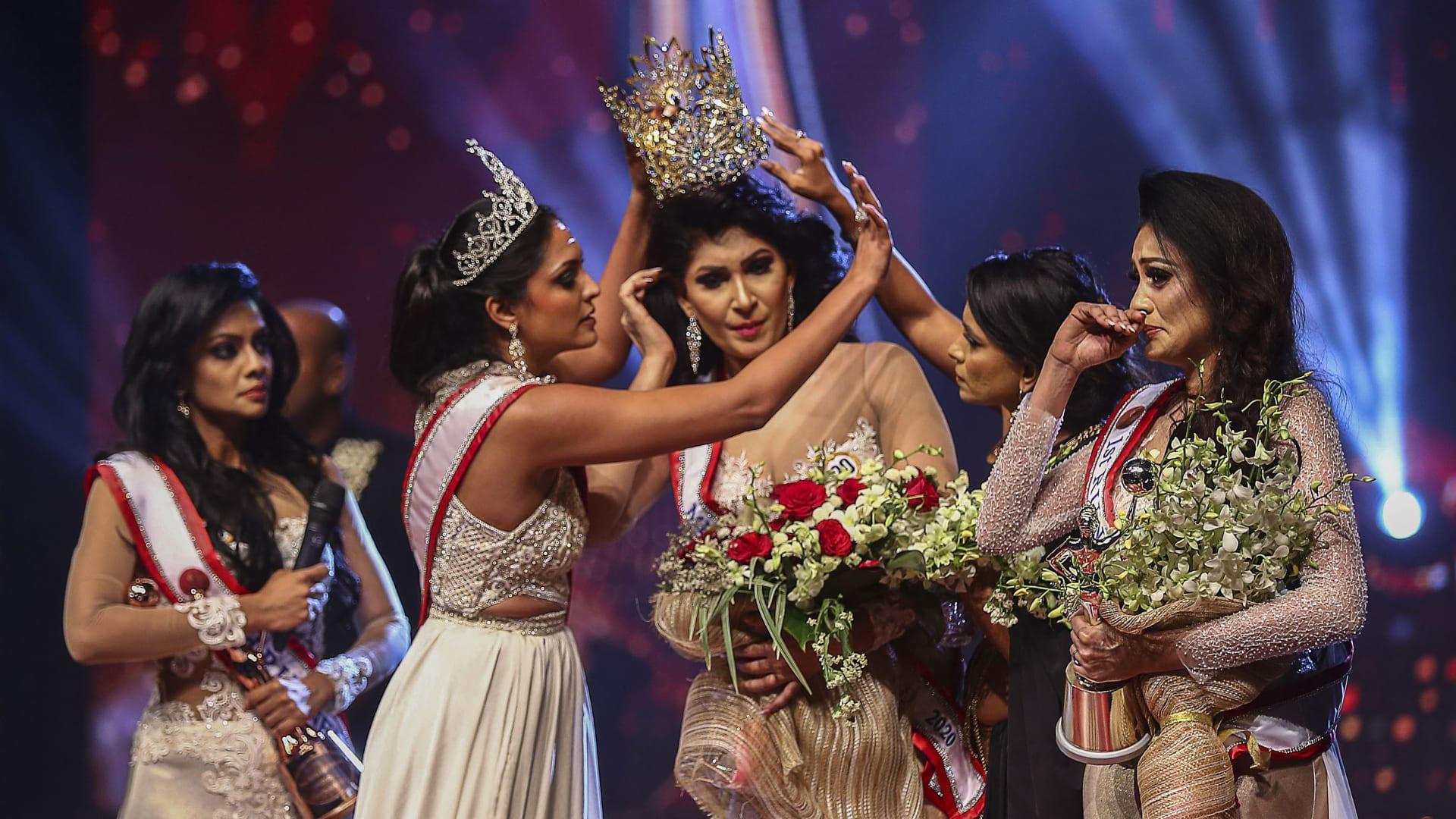 حاملة لقب سابقة تتشاجر مع ملكة جمال سريلانكا الجديدة وتخلع التاج عن رأسها بالقوة