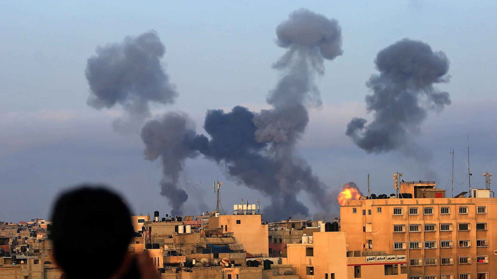 غارات إسرائيلية على غزة وصواريخ فلسطينية تضيء ليل تل أبيب