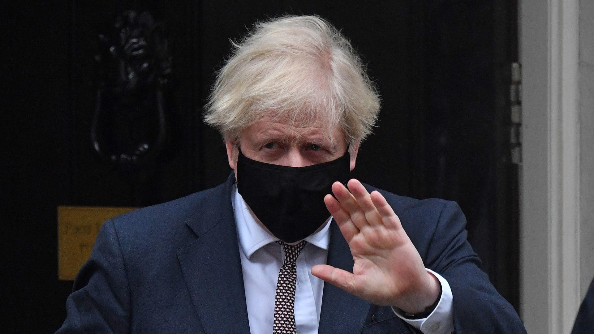 كبير أطباء بريطانيا يوجه تحذيرا قاسياً للبلاد..في ظل إصابة واحد من كل 50 شخصاً بفيروس كورونا