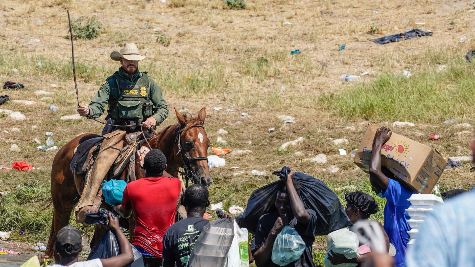 """""""فظيع ما رأيت"""".. الرئيس الأمريكي يستنكر ما فعلته دورية خيول حرس الحدود لمهاجري هاييتي"""