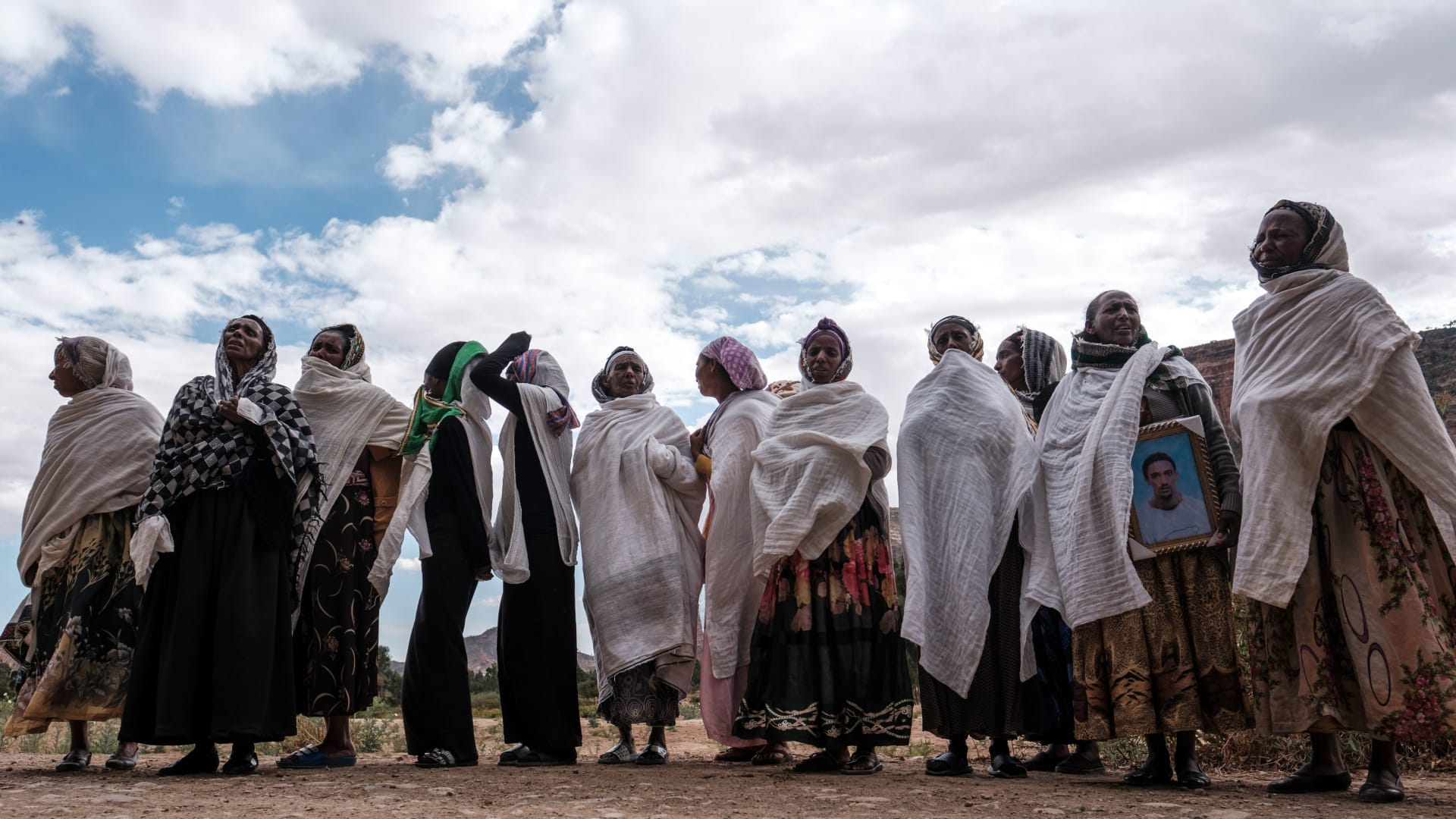 تجمع النساء حدادا على ضحايا مجزرة يُزعم أن جنودًا إريتريون ارتكبوها في قرية دينقولات شمال ميكيلي، عاصمة تيغراي في 26 فبراير 2021