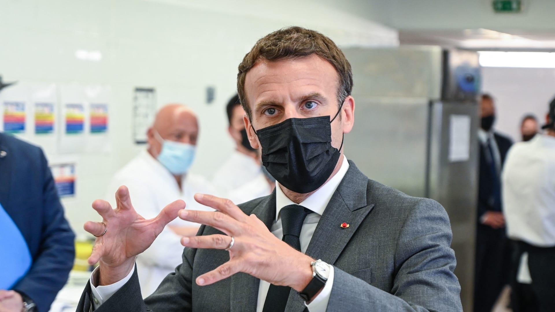 شاهد.. صفعة على وجه ماكرون خلال جولة في جنوب شرق فرنسا