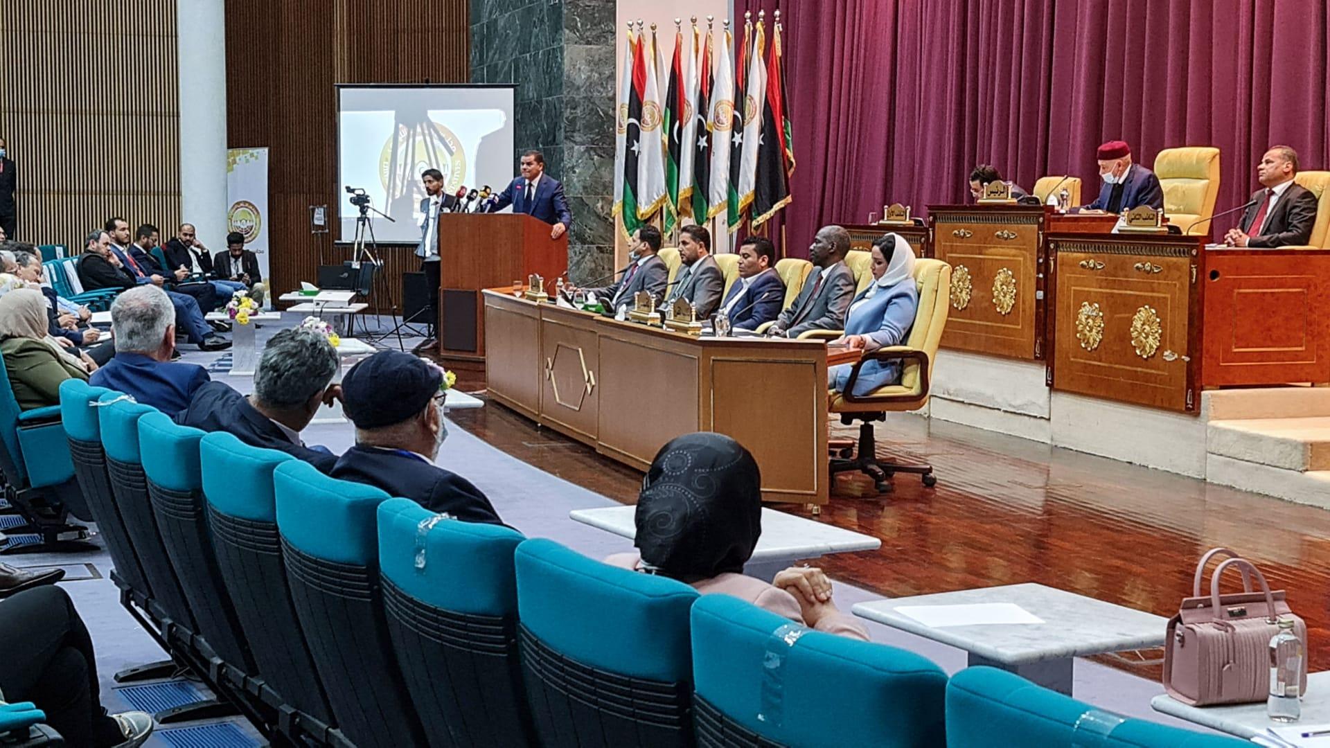 رئيس الوزراء الليبي عبد الحميد الدبيبة يخاطب المشرعين خلال انعقاد البرلمان في مدينة سرت - 9 مارس 2021.