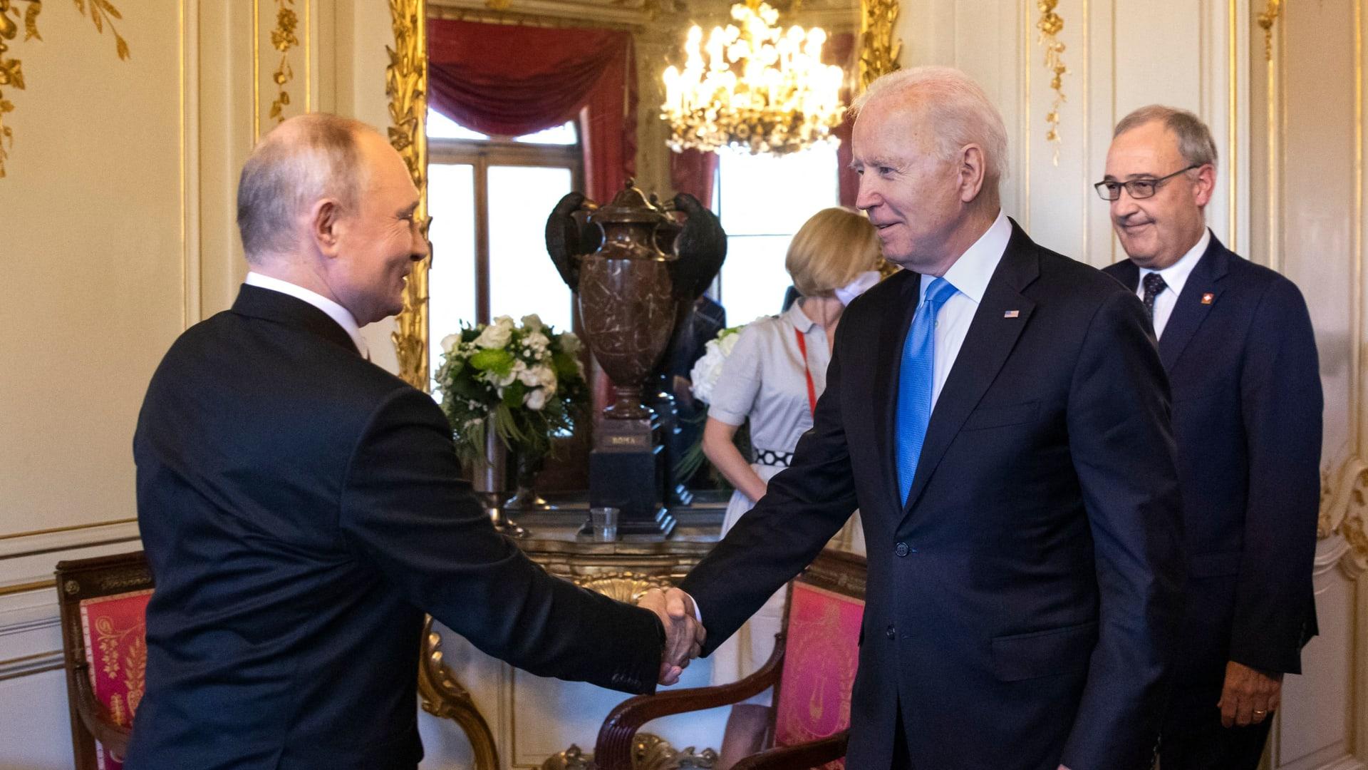 الرئيس الأمريكي جو بايدن ونظيره الروسي فلاديمير بوتين