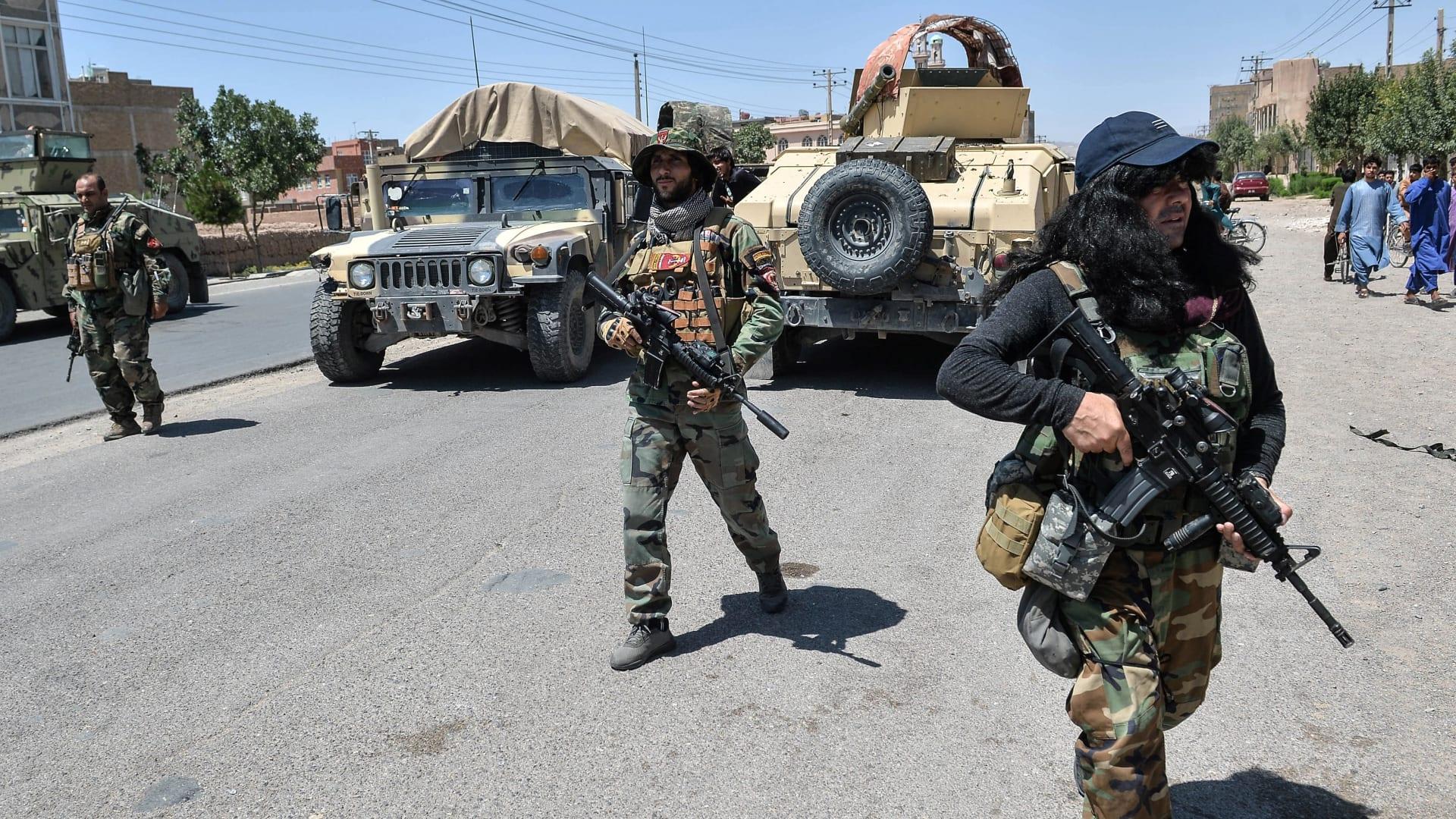 1 أغسطس 2021 ، تسير قوات كوماندوز الجيش الوطني الأفغاني على طول طريق وسط قتال مستمر بين طالبان وقوات الأمن الأفغانية في منطقة إنجيل بمقاطعة هرات.