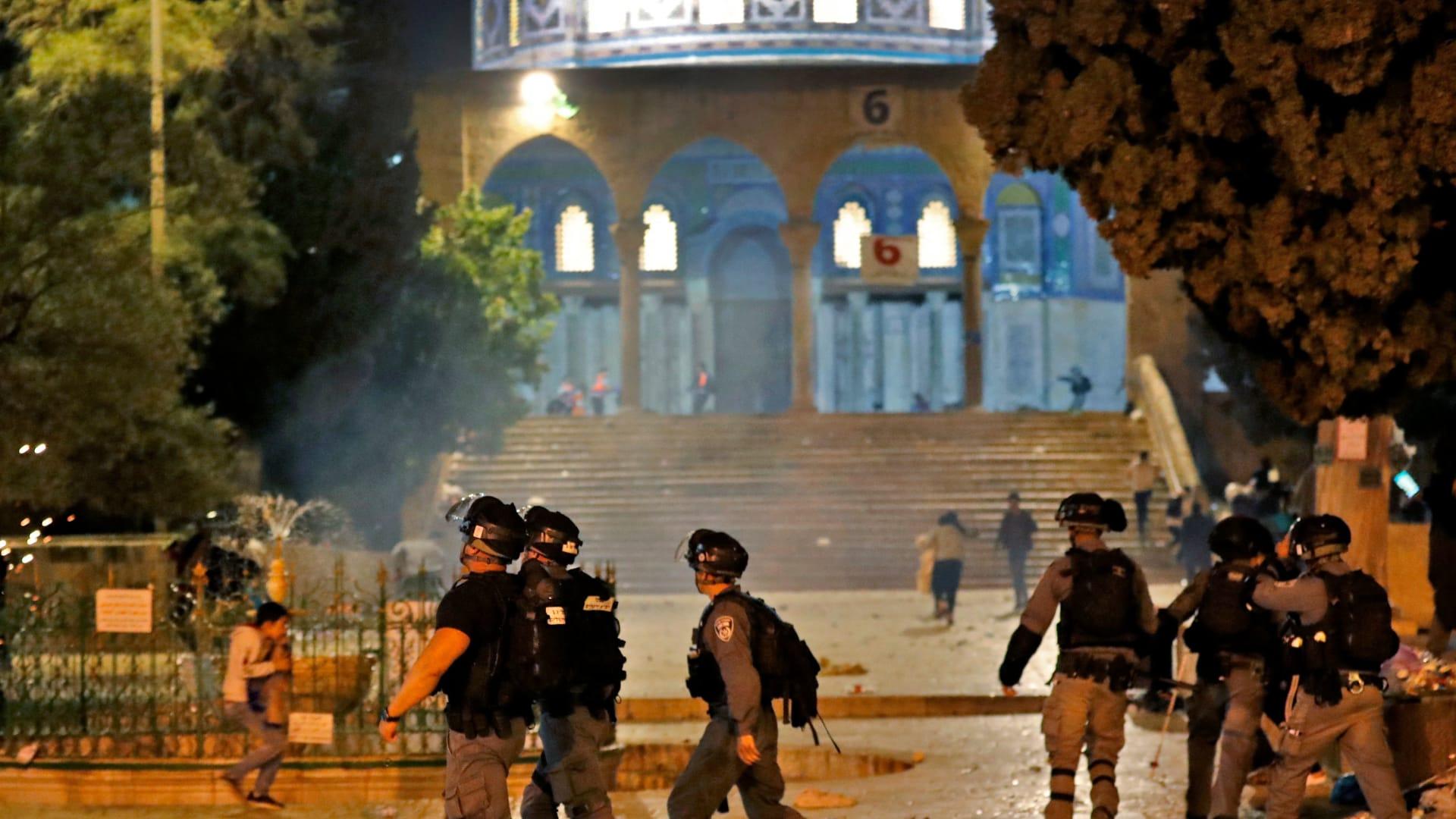 لحظة اقتحام قوات الأمن الإسرائيلية مصلى باب الرحمة في المسجد الأقصى