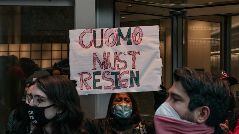حاكم نيويورك يعتذر عن مزاعم تحرش جنسي ويرفض مطالبته بالاستقالة