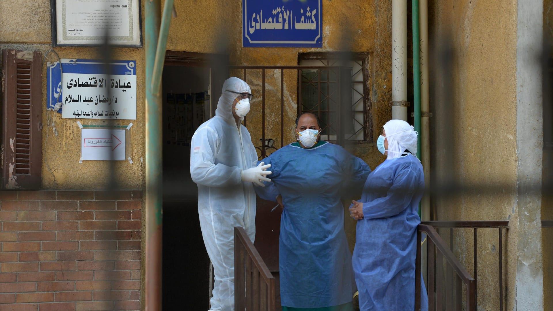 أعضاء الطاقم الطبي بوحدة الأمراض المعدية بمستشفى إمبابة بالعاصمة القاهرة - صورة أرشيفية