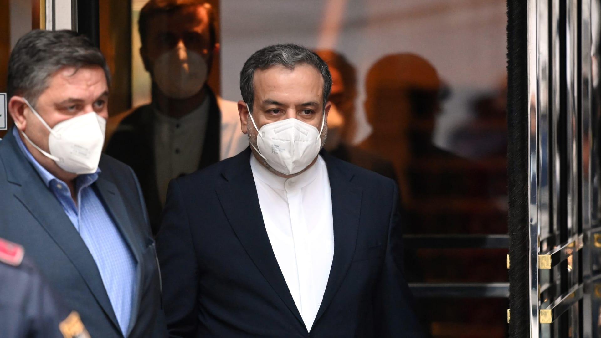 نائب وزير الخارجية الإيراني عباس عراقجي يغادر الفندق الكبير في اليوم الذي ستستأنف فيه المحادثات النووية الإيرانية لخطة العمل المشتركة الشاملة في 25 مايو 2021 في فيينا، النمسا.