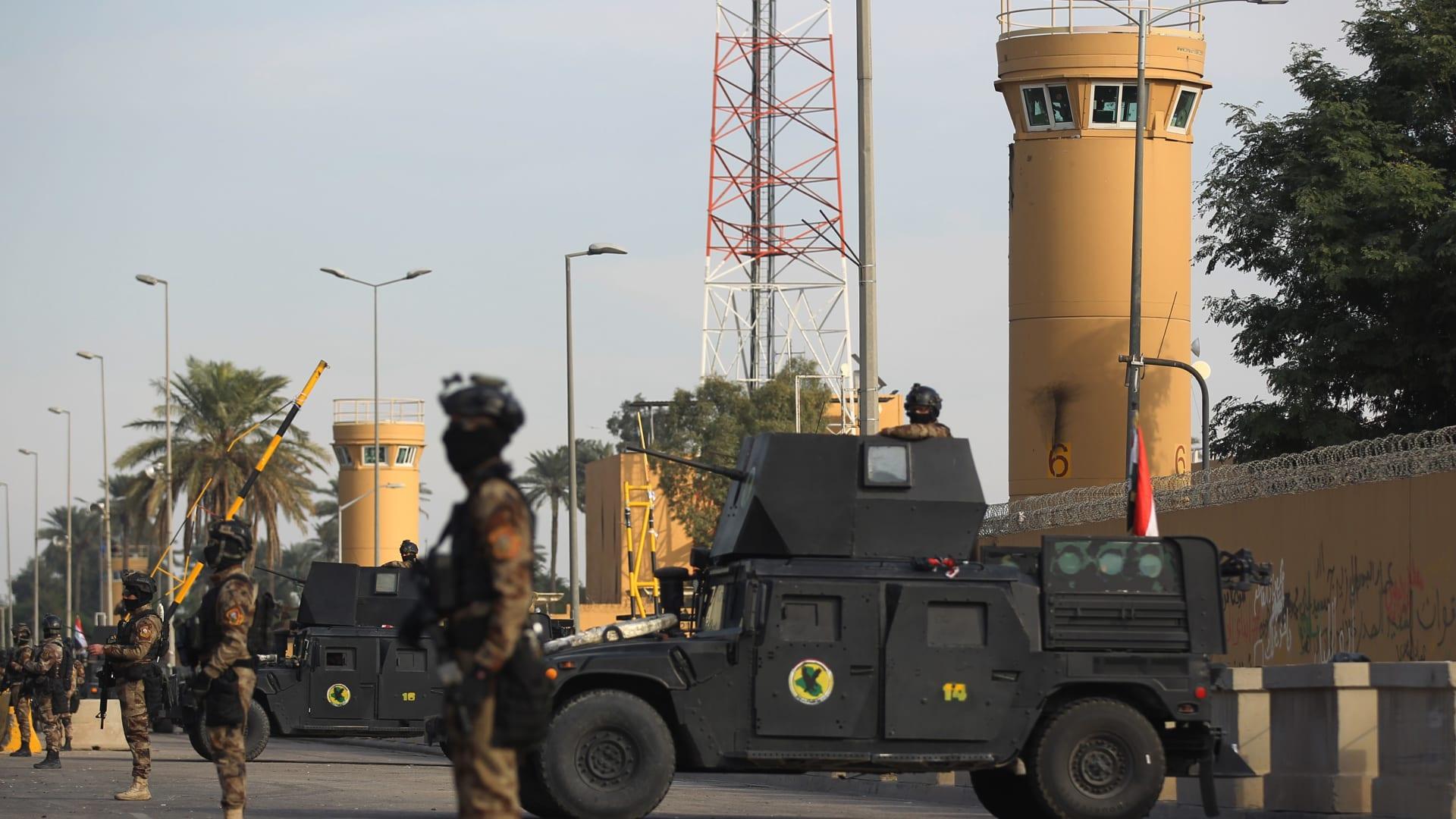 قوات مكافحة الإرهاب العراقية تقف لحراسة السفارة الأمريكية في العاصمة بغداد في 2 يناير 2020