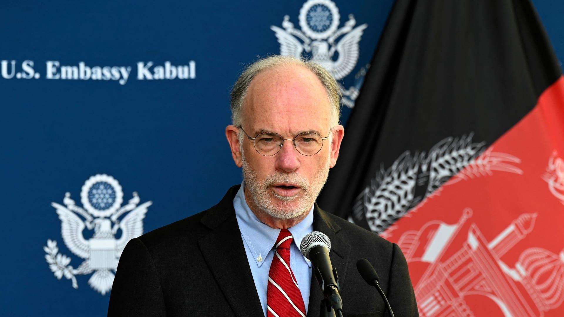 لمسؤول الأمريكي دافيرس روس ويلسون يلقي كلمة في مؤتمر صحفي في السفارة الأمريكية في كابول في 30 يوليو 2021