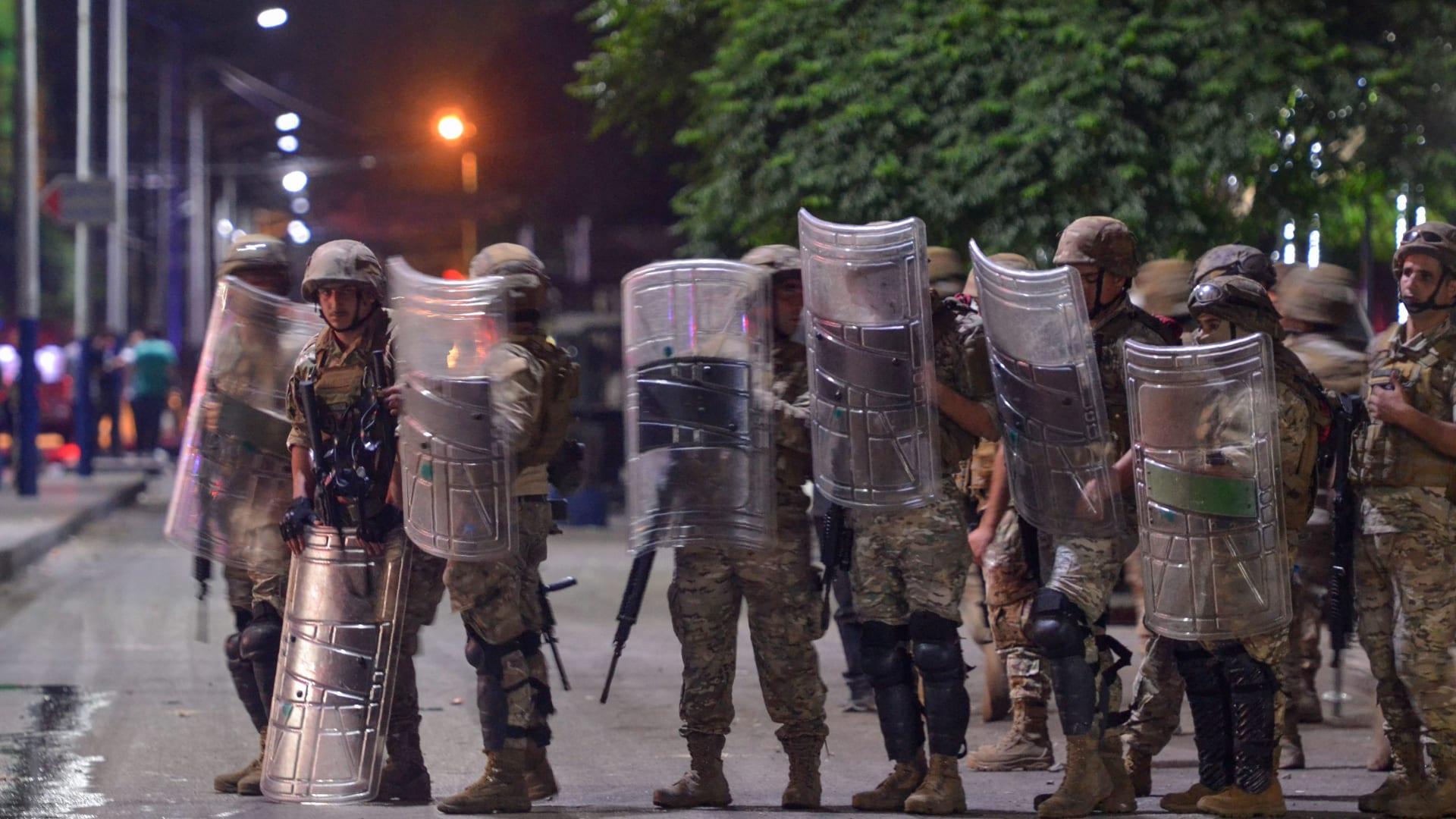 اشتباكات بين جنود الجيش اللبناني ومحتجين مناهضين للحكومة في مدينة طرابلس الساحلية الشمالية، أواخر يوم 13 يونيو 2020