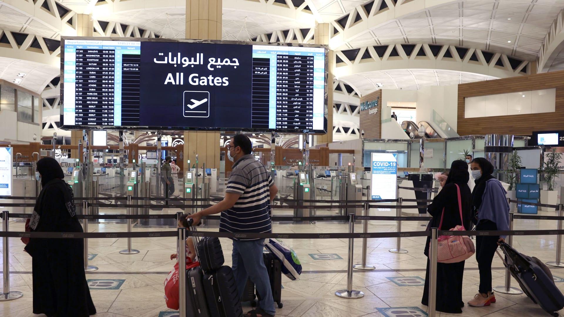 وصول مسافرين سعوديين إلى مطار الملك خالد الدولي في العاصمة الرياض في 17 مايو 2021